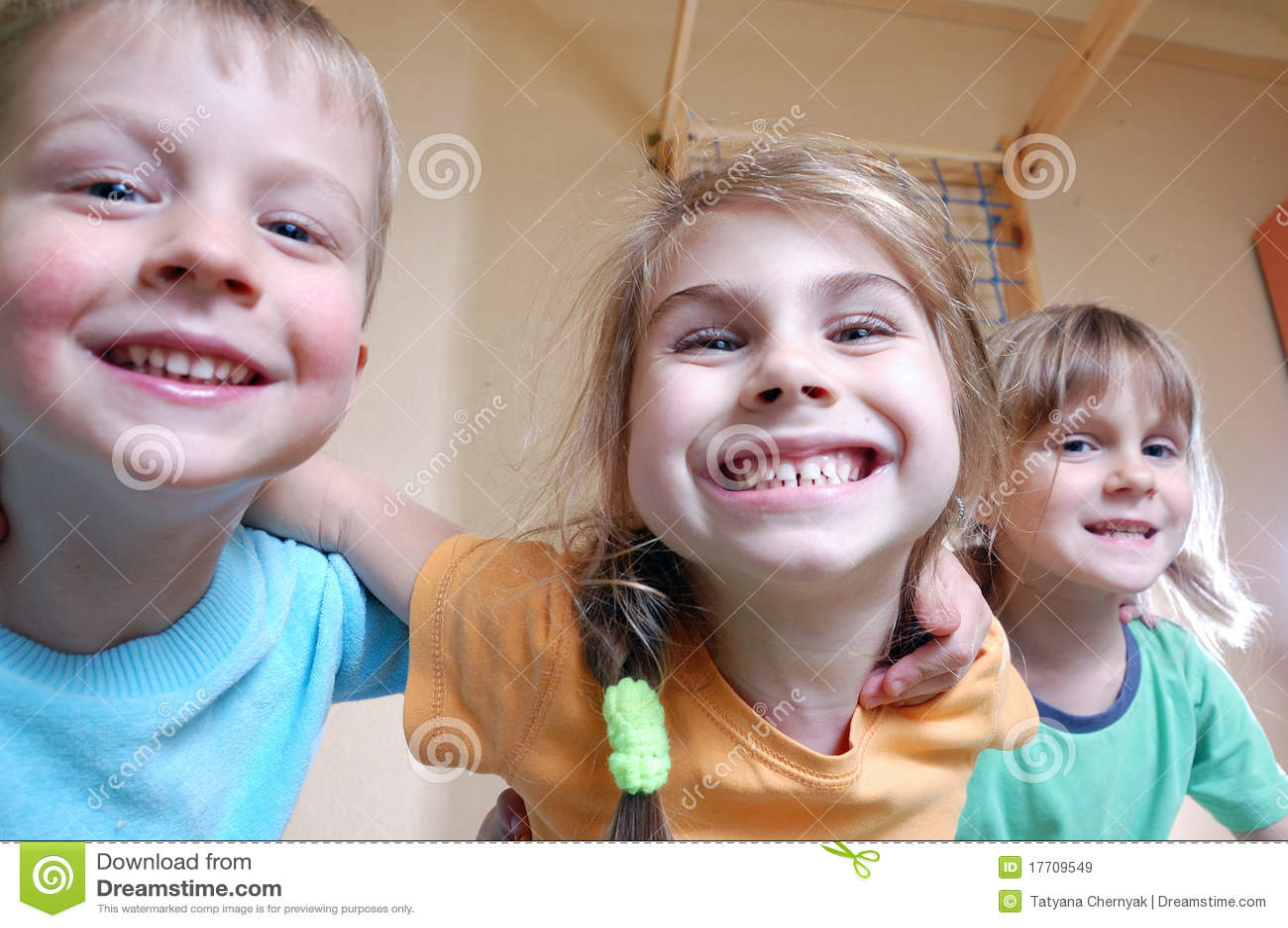 Cabritos felices que juegan en el país