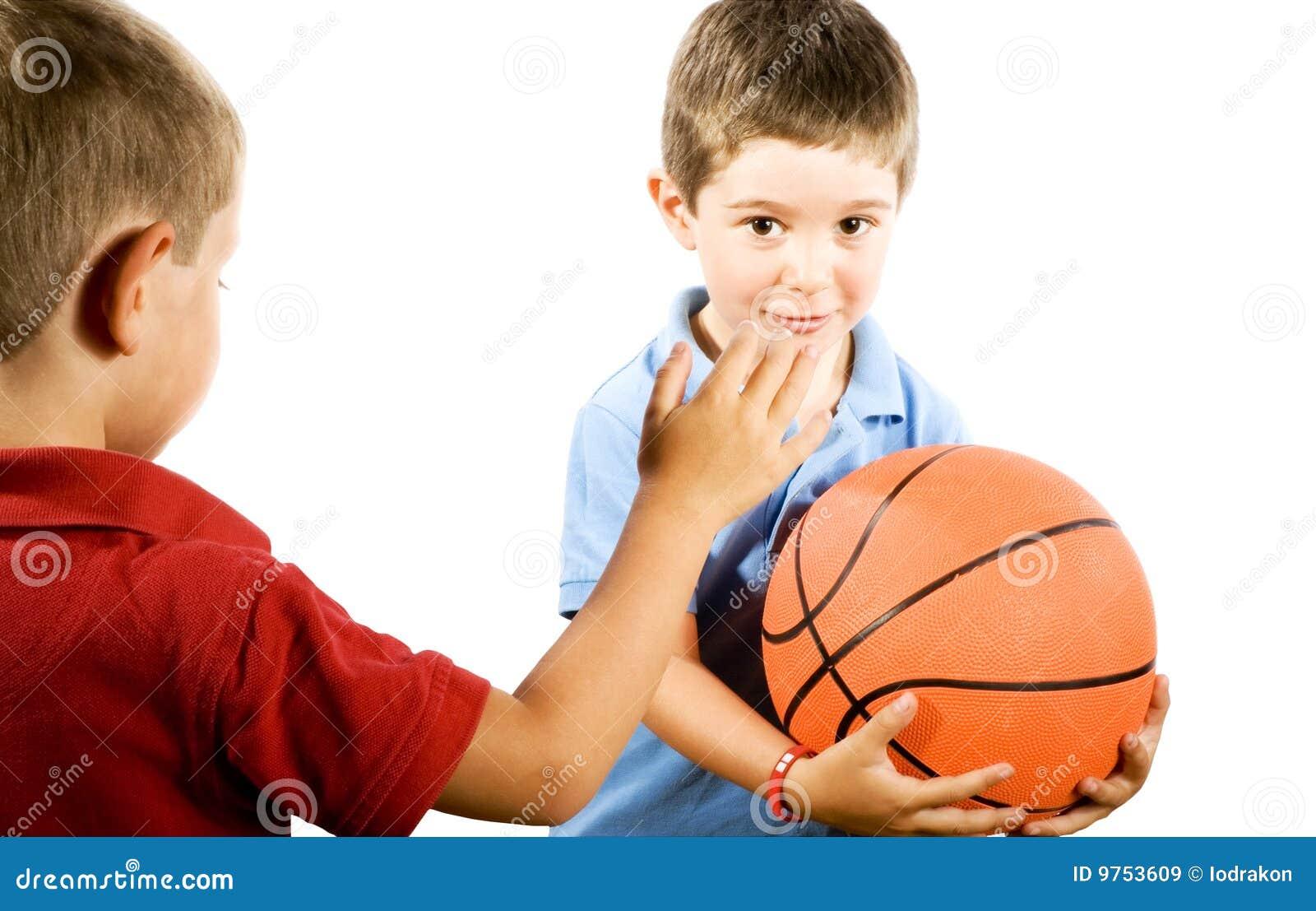 Cabritos que juegan a baloncesto