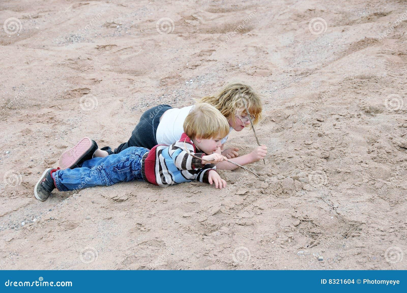 Cabritos que juegan en arena