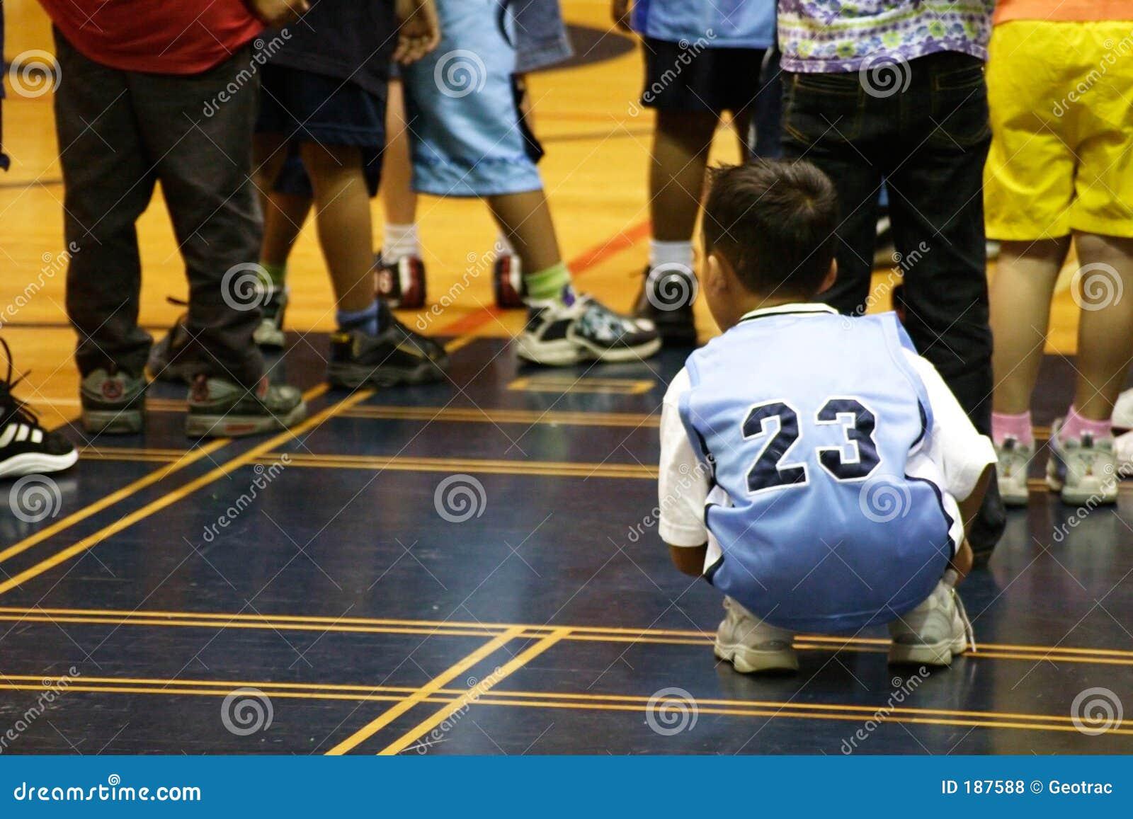 Cabritos que juegan en la gimnasia
