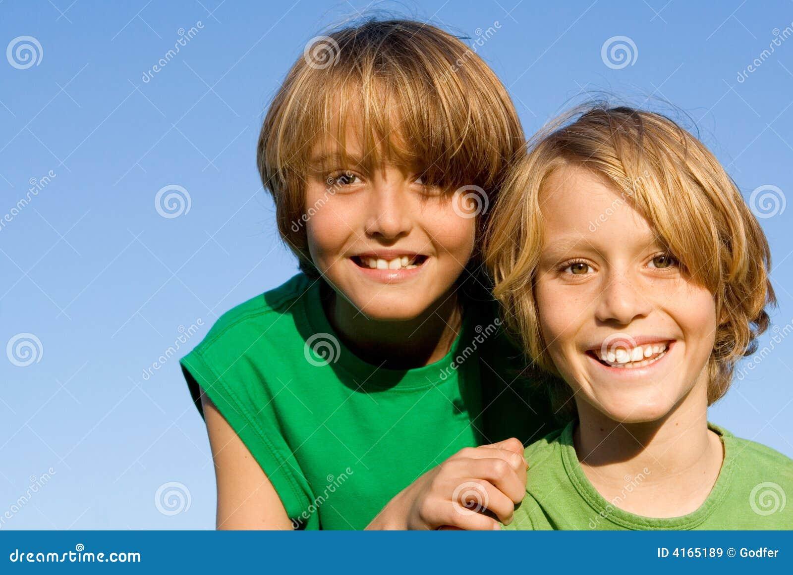 Cabritos sonrientes felices