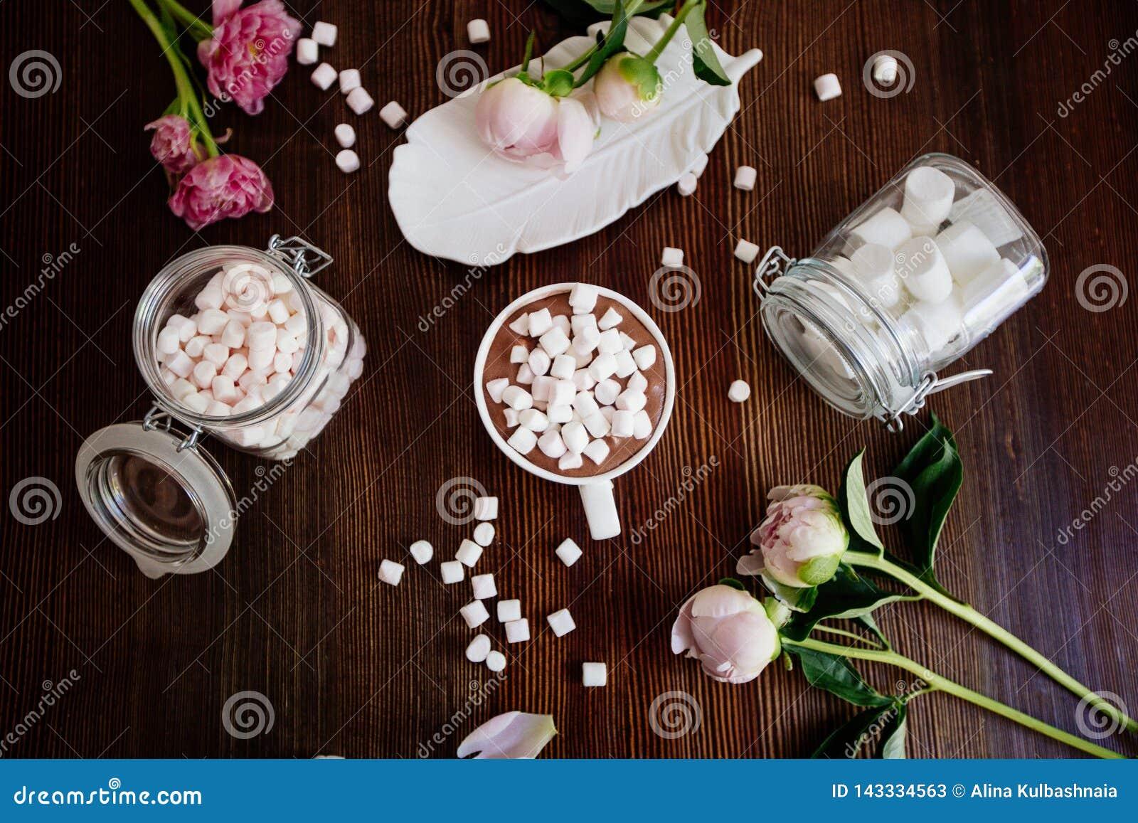 Cacao avec la guimauve et les fleurs