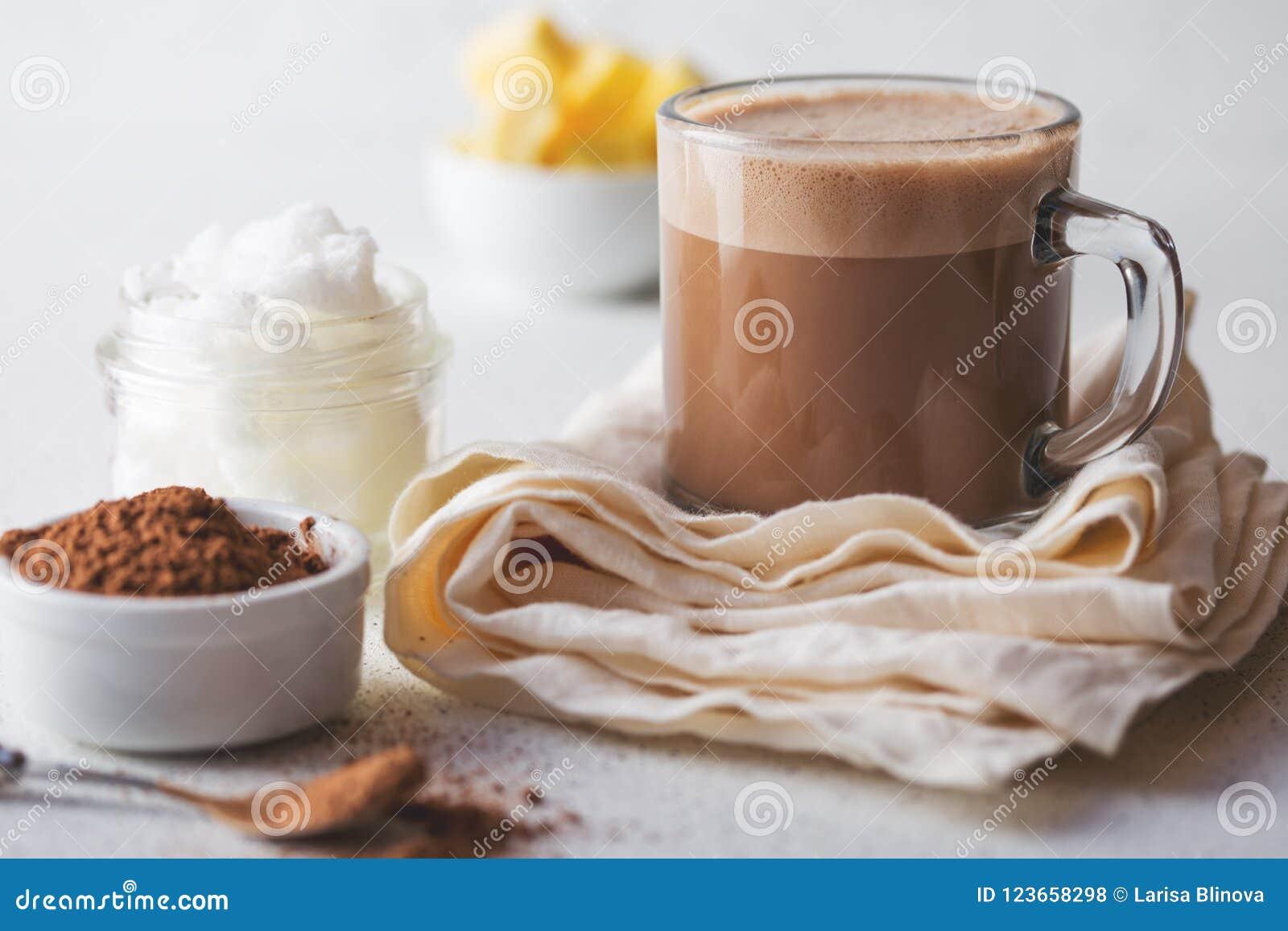 CACAO A PRUEBA DE BALAS Bebida caliente de la dieta quetogénica del keto Cacao mezclado con aceite y mantequilla de coco Taza de