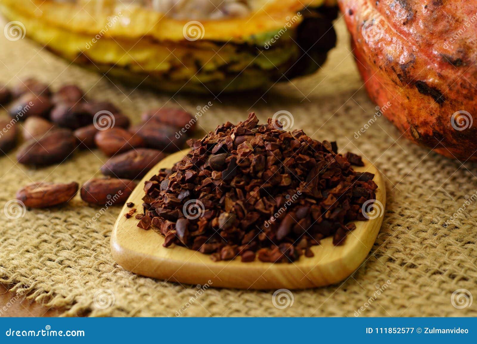 Cacaobonen en ruw cacaofruit, cacaobonen op achtergrond
