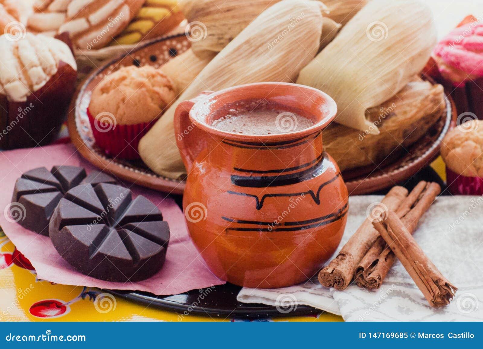 Cacau, chocolate e canela quentes mexicanos no café da manhã de México