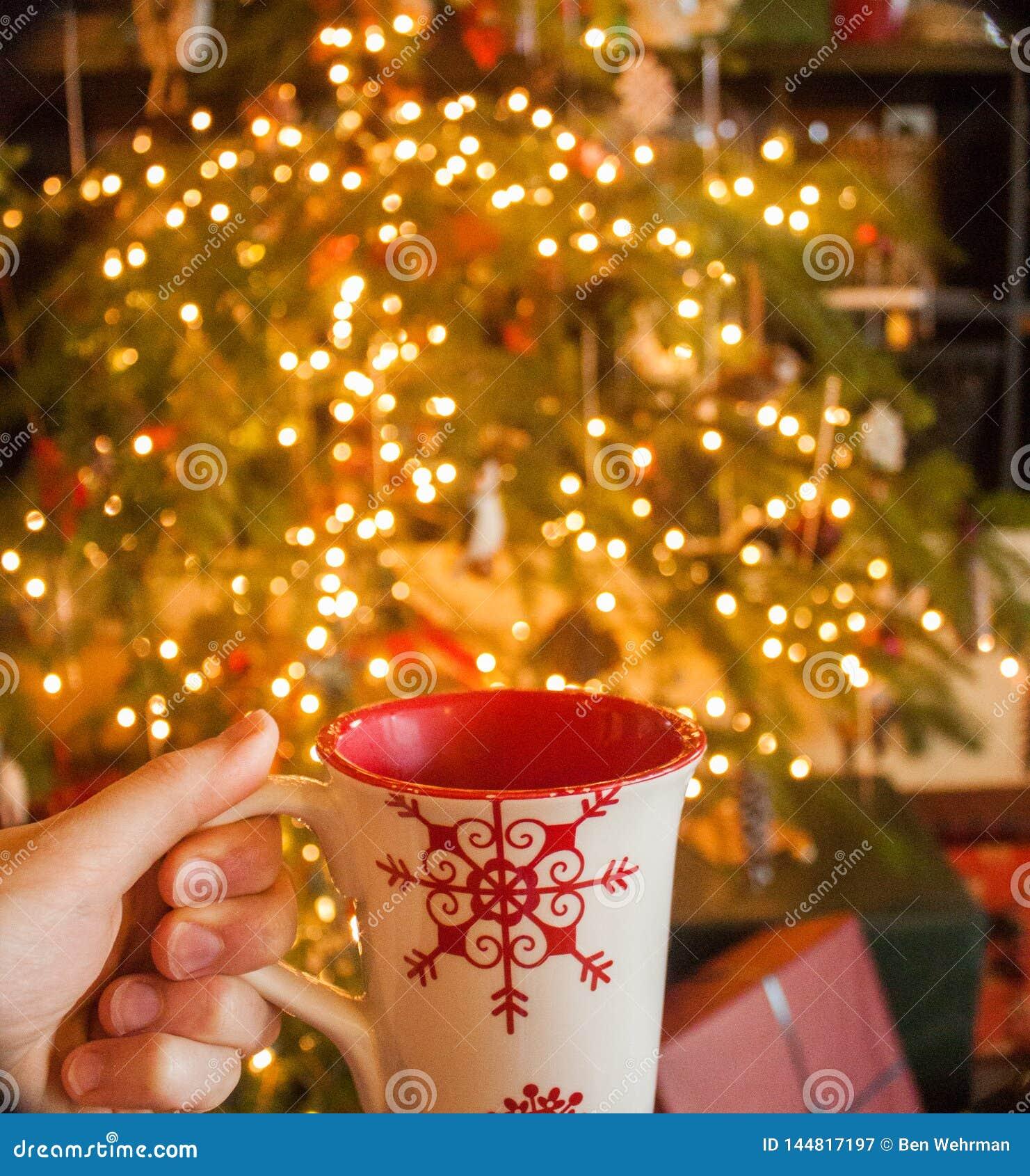 Cacau quente pela árvore de Natal