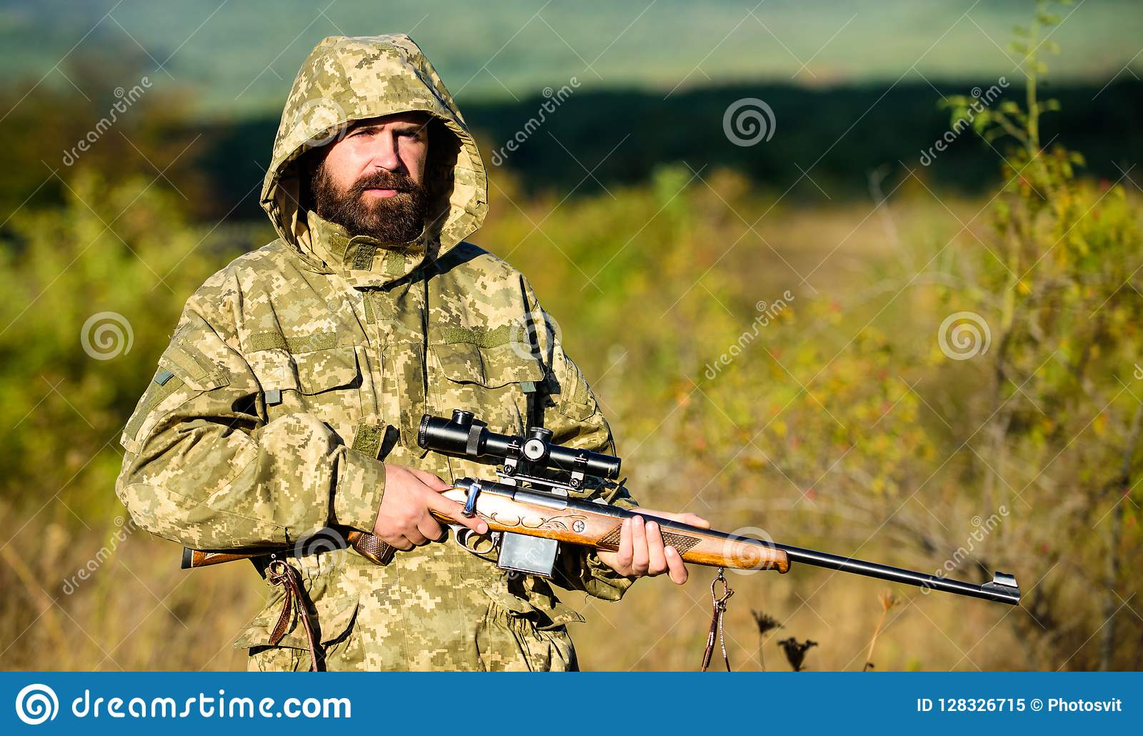 Cacciatore barbuto dell uomo con il fondo della natura del fucile L esperienza e la pratica presta la caccia di successo In come