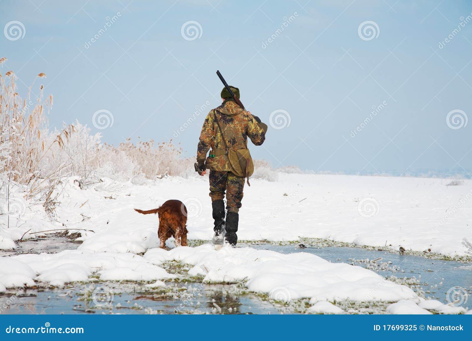 Cacciatore con il suo cane di caccia durante la caccia
