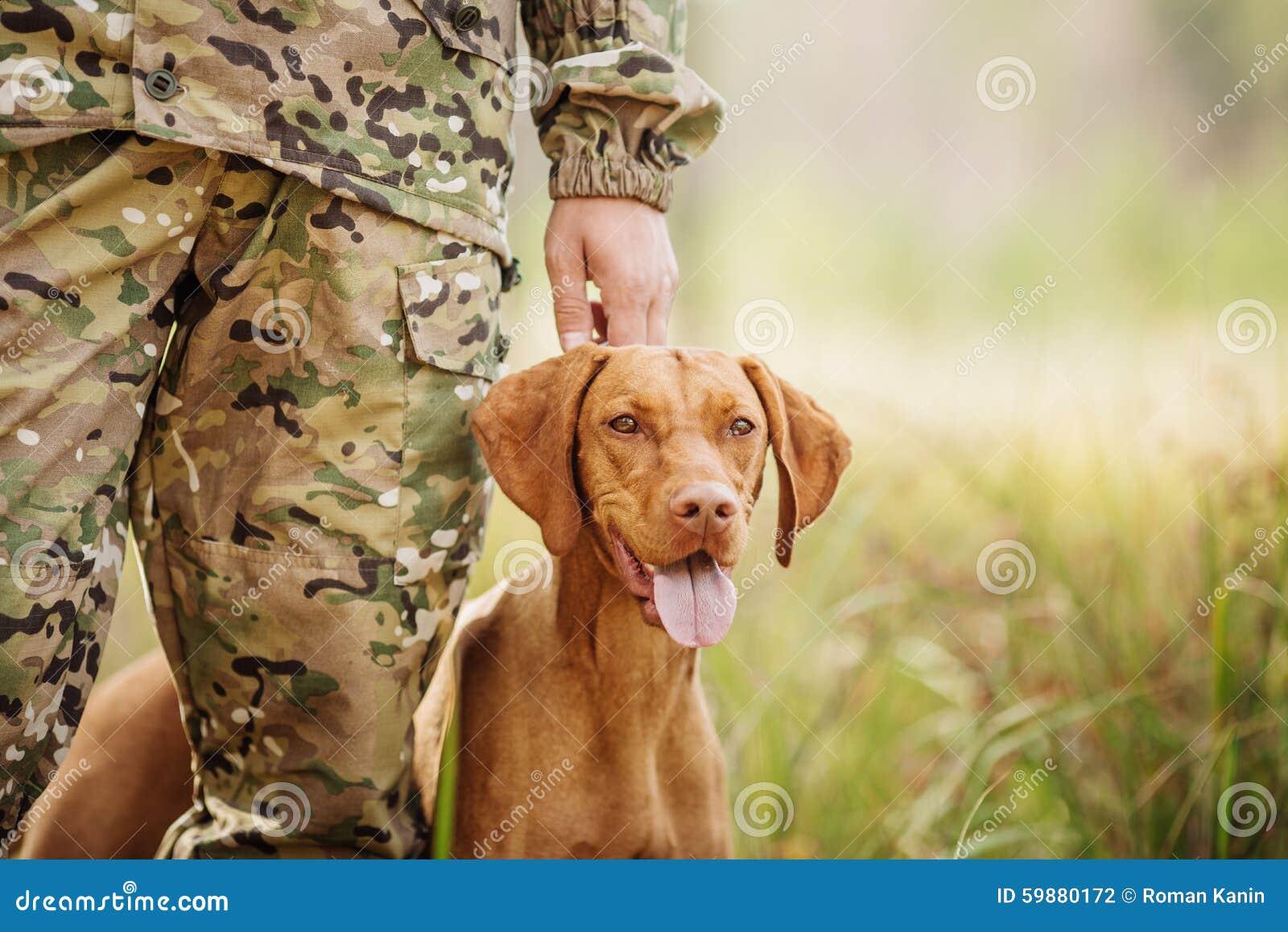 Cacciatore con un cane sulla foresta