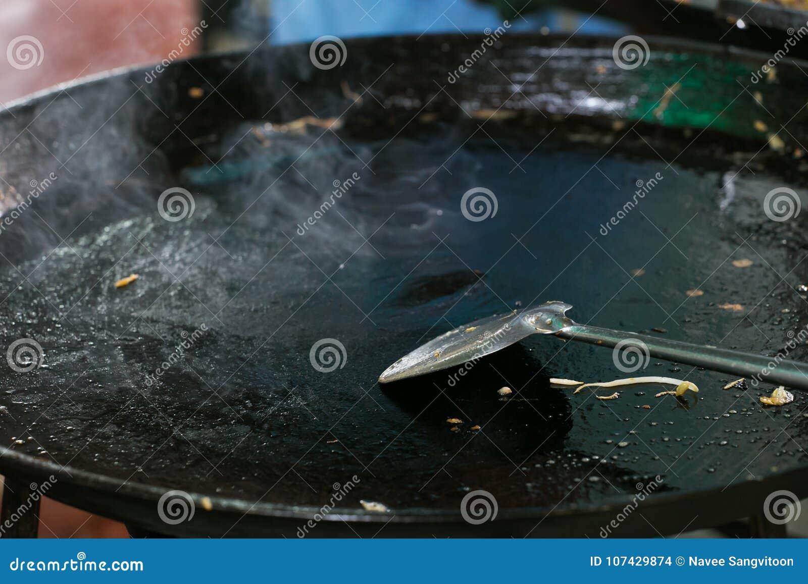 Cacerola y cucharada grandes vacías