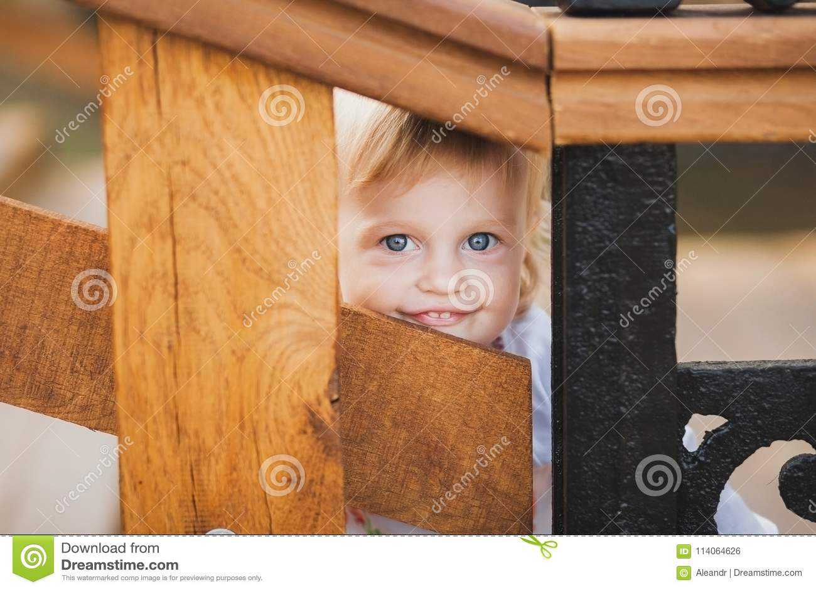 Cache-cache palaing de petite fille caucasienne