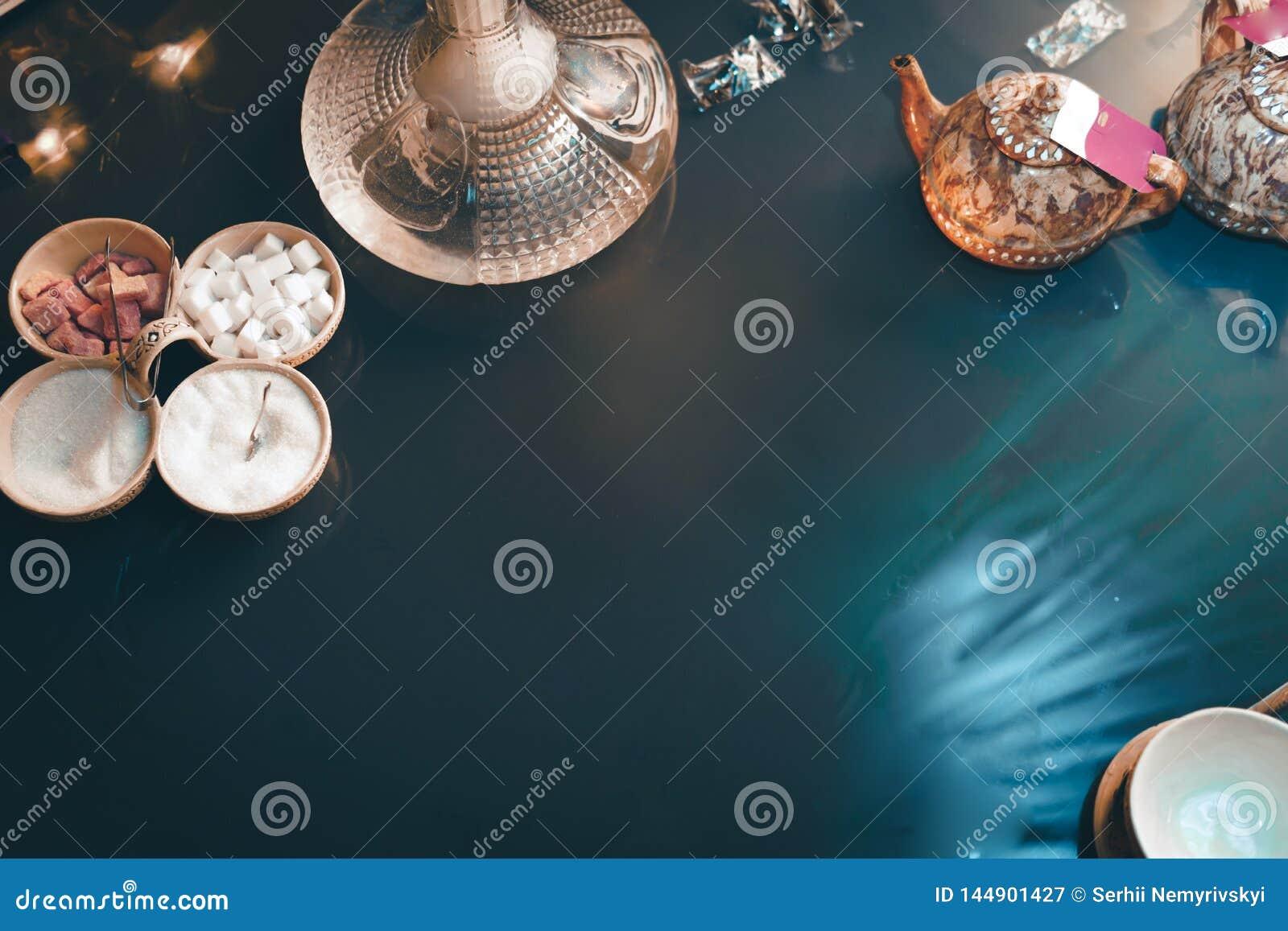 Cachimba en la opini?n de sobremesa de cristal vela de las tazas y ceremonia de t? del este del smartphone Shisha oriental elegan