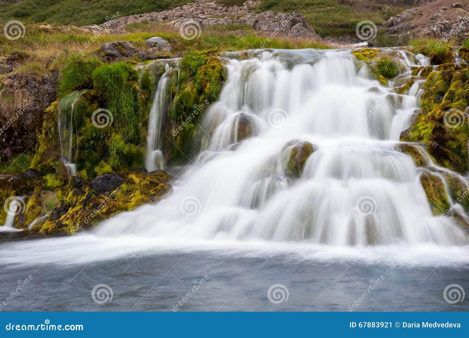 Cachoeira bonita da cascata, parte da cachoeira de Dynjandi, exposição longa, Islândia