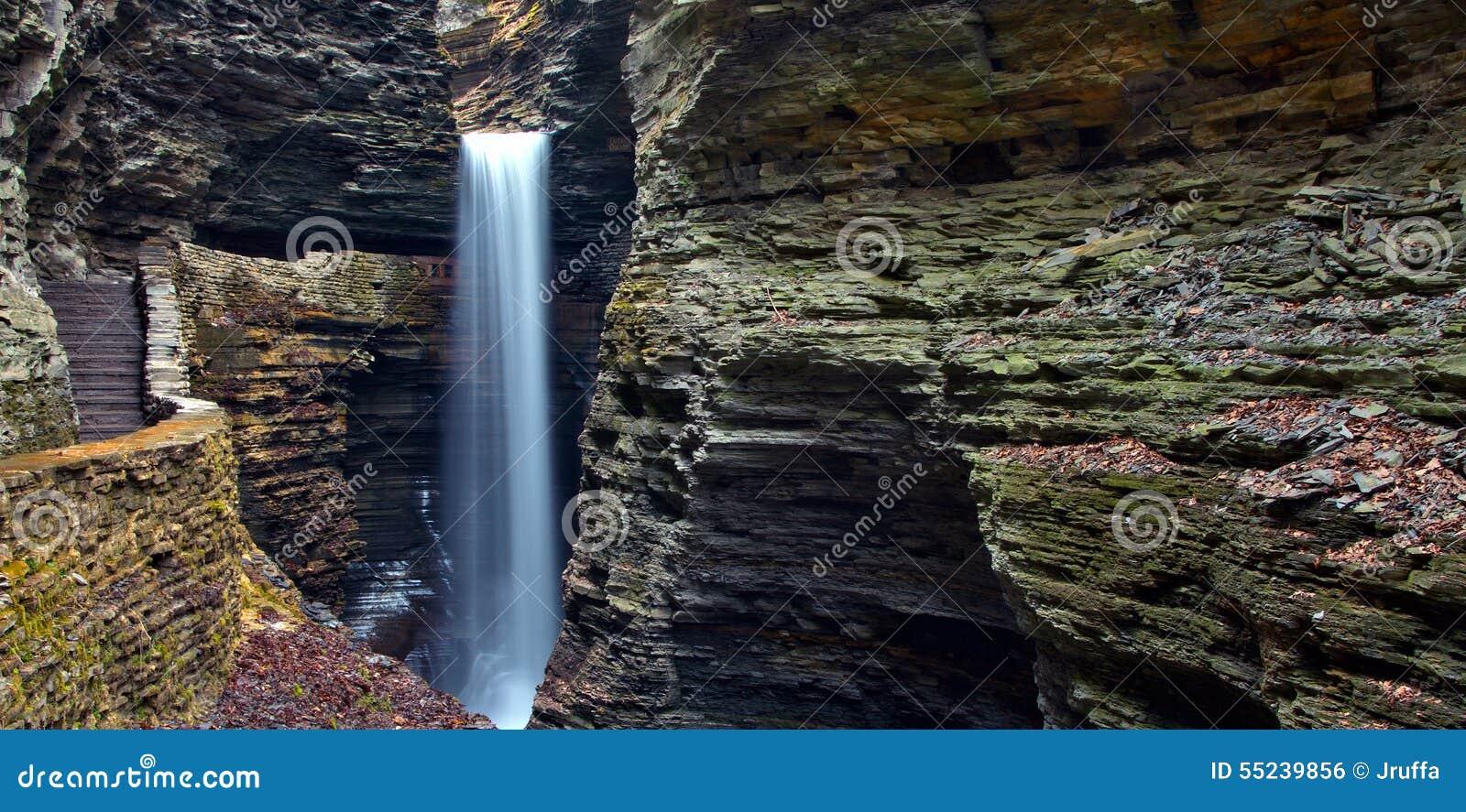 Cachoeira da caverna em Watkins Glen State Park