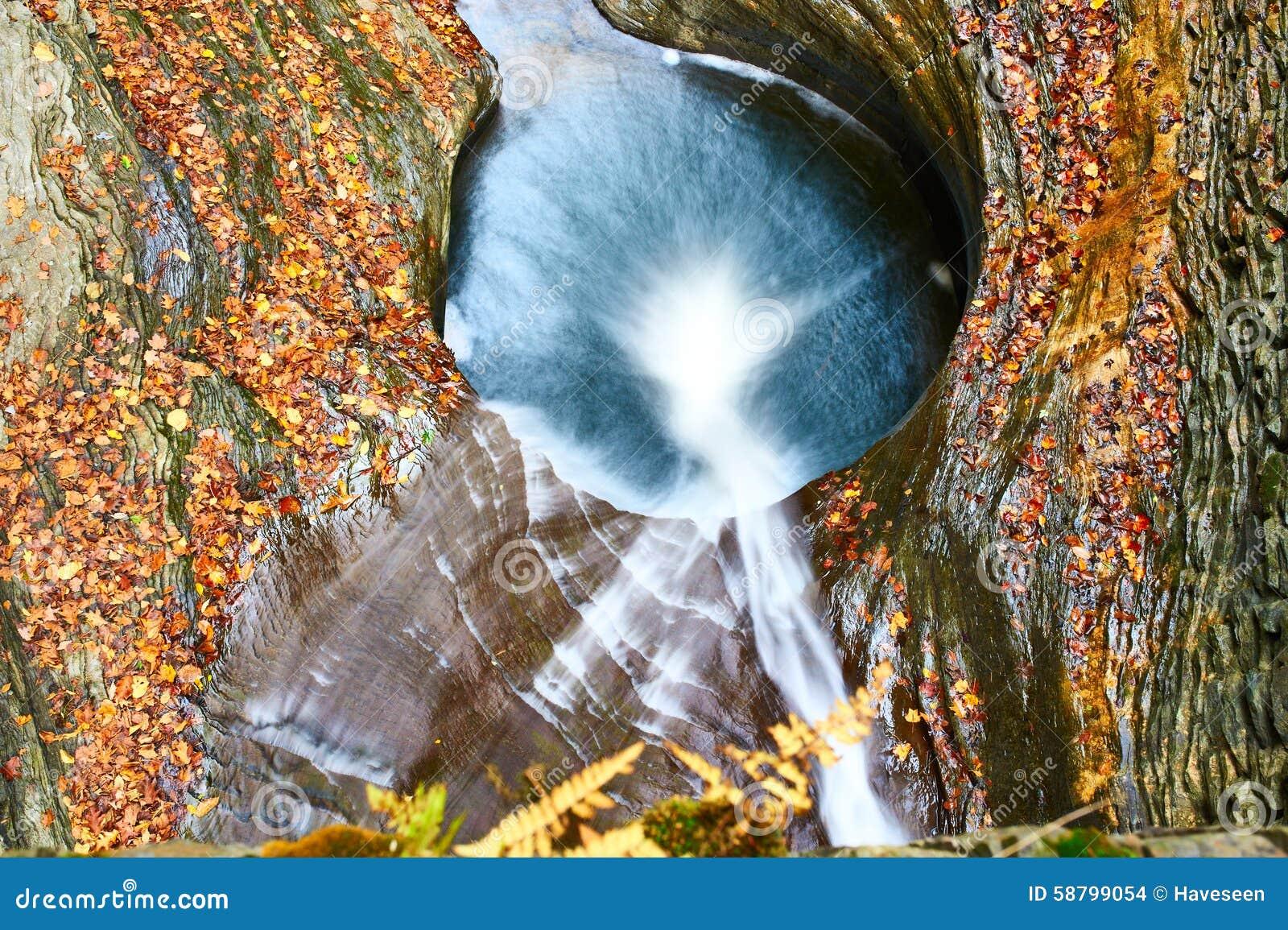 Cachoeira da caverna no parque estadual do vale de Watkins