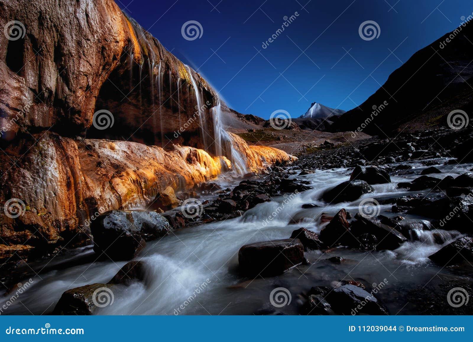 Cachoeira da cor da montanha de Qilian