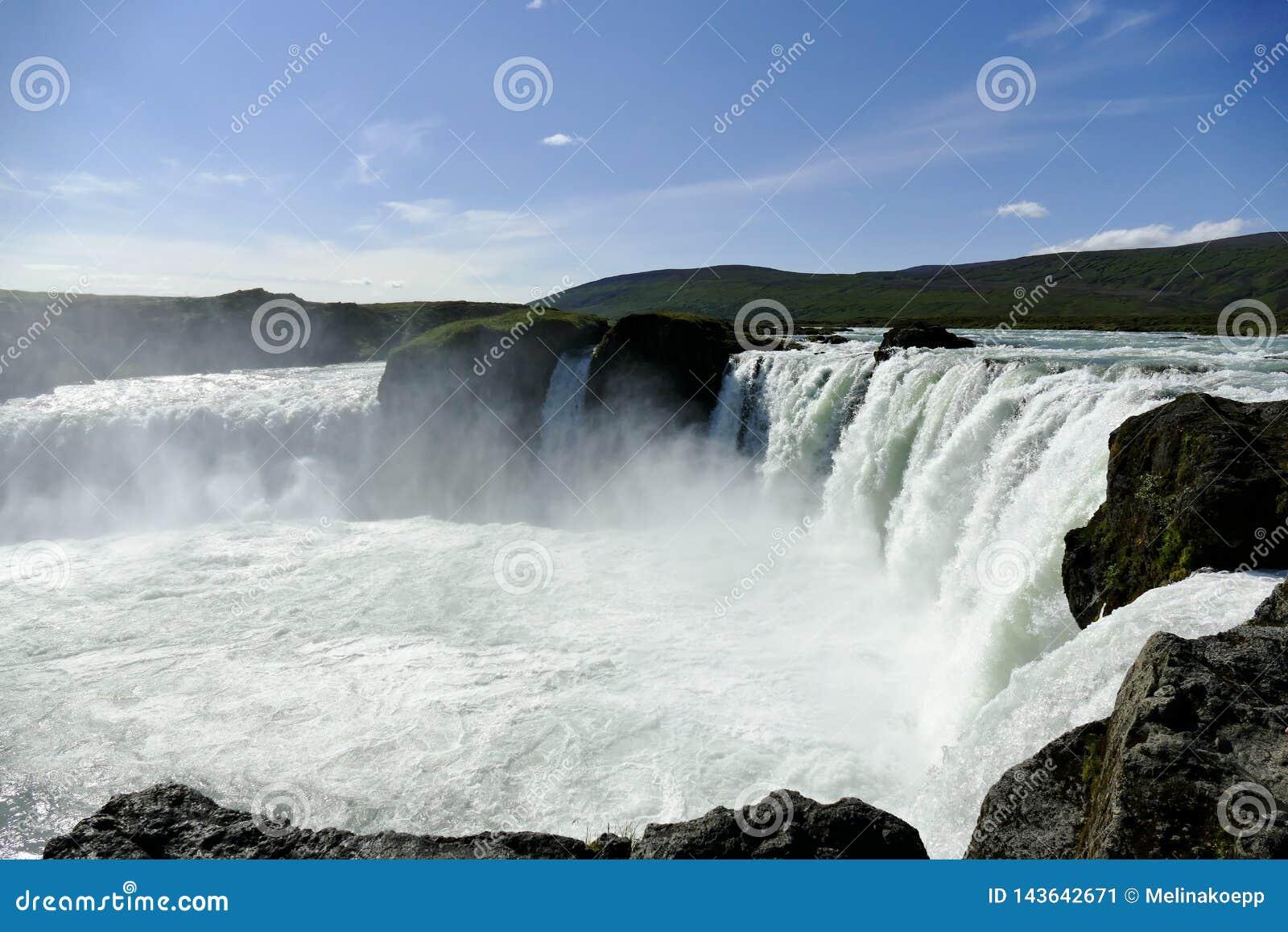 Cachoeira de Godafoss na luz do sol bonita, Islândia