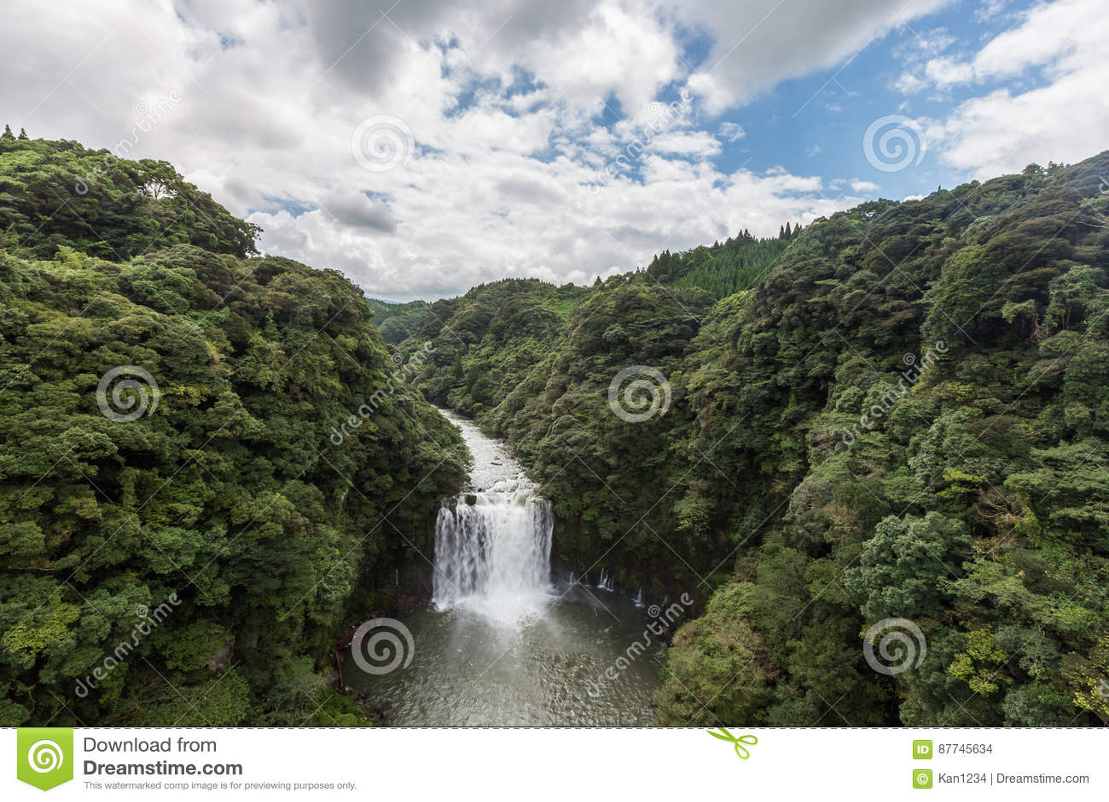 Cachoeira de Kamikawa Otaki e floresta verde em Kagoshima, Kyushu