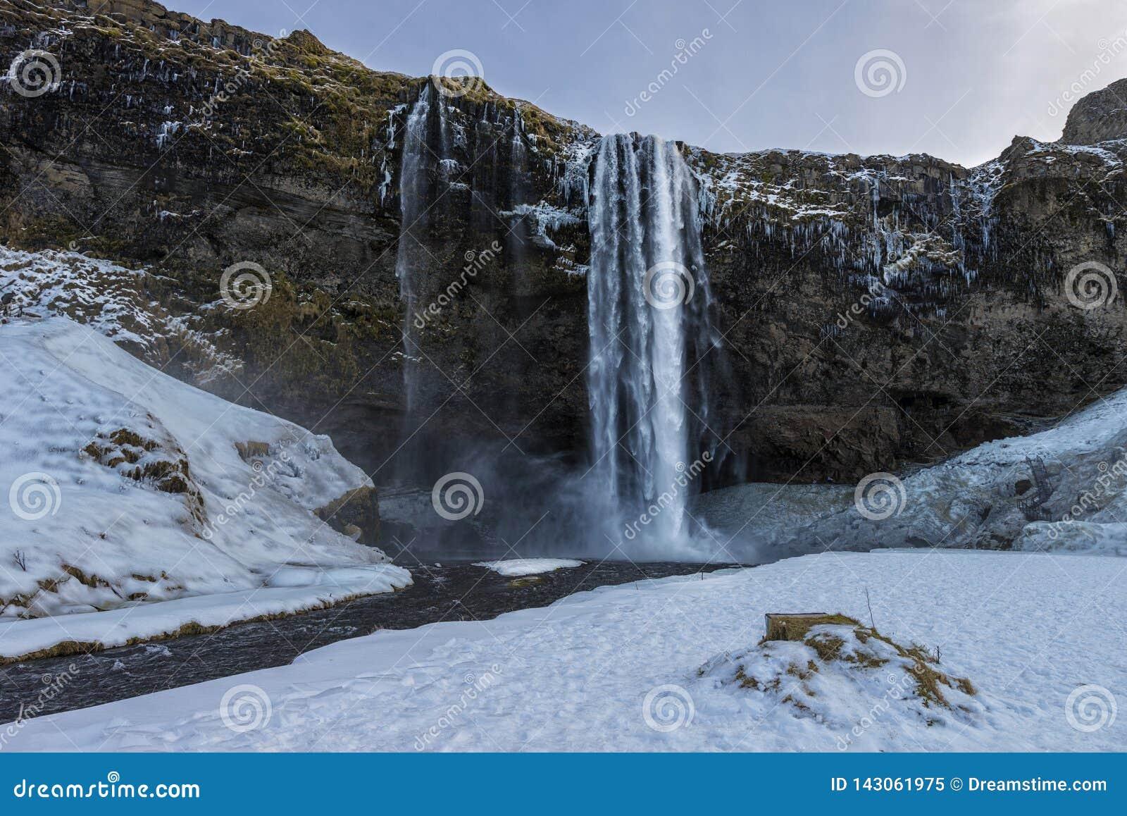 Cachoeira de Seljalandsfoss no inverno sem povos