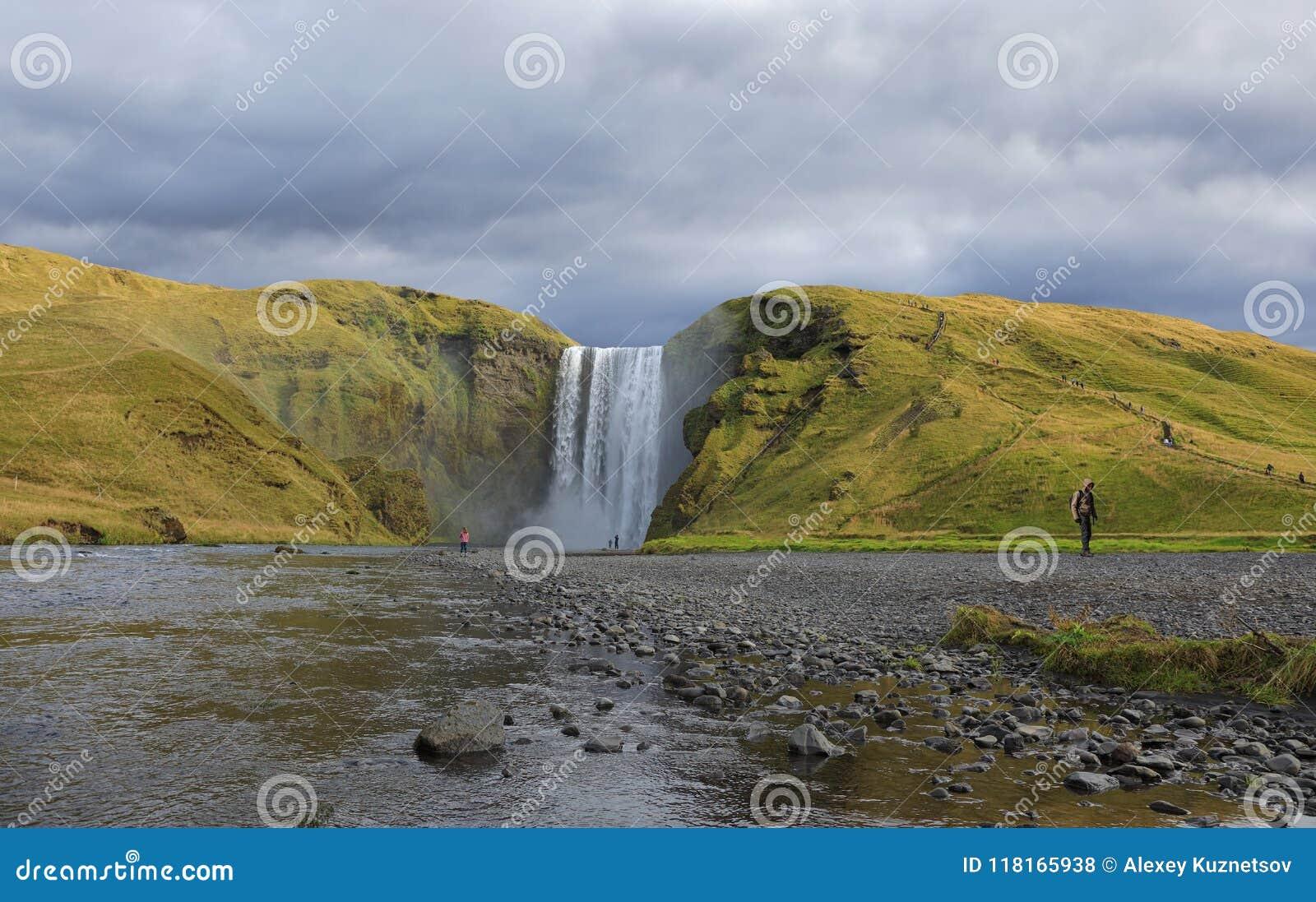 Cachoeira de surpresa de Skogafoss em Islândia
