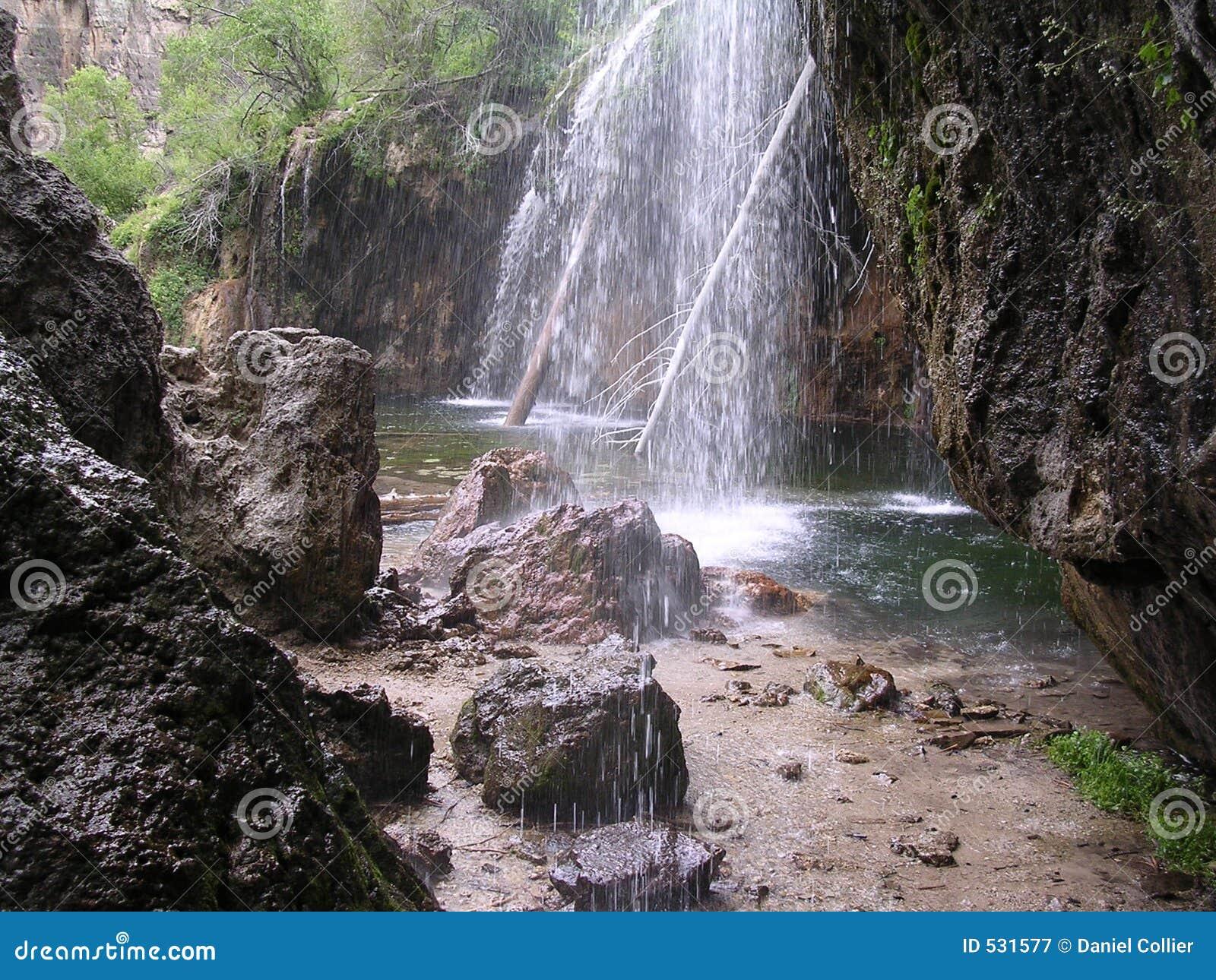 Cachoeira de suspensão do lago