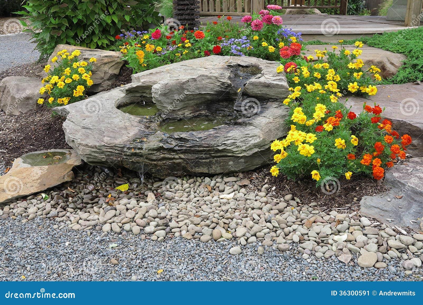 flores coloridas jardim:Cachoeira E Flores Do Jardim Imagem de Stock – Imagem: 36300591