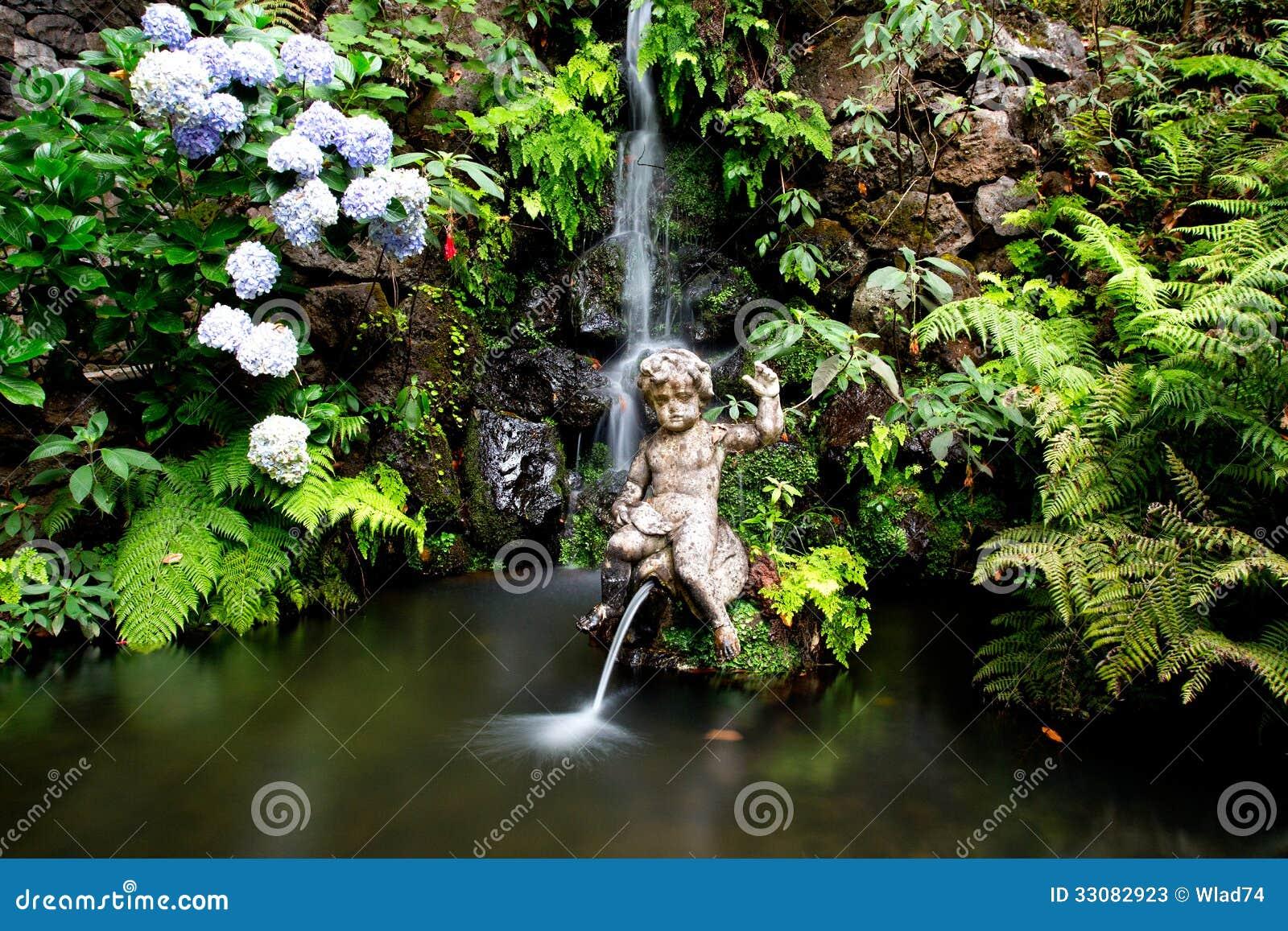 fotos de jardim tropical:Cachoeira E Fonte No Jardim Tropical Em Madeira Fotos de Stock