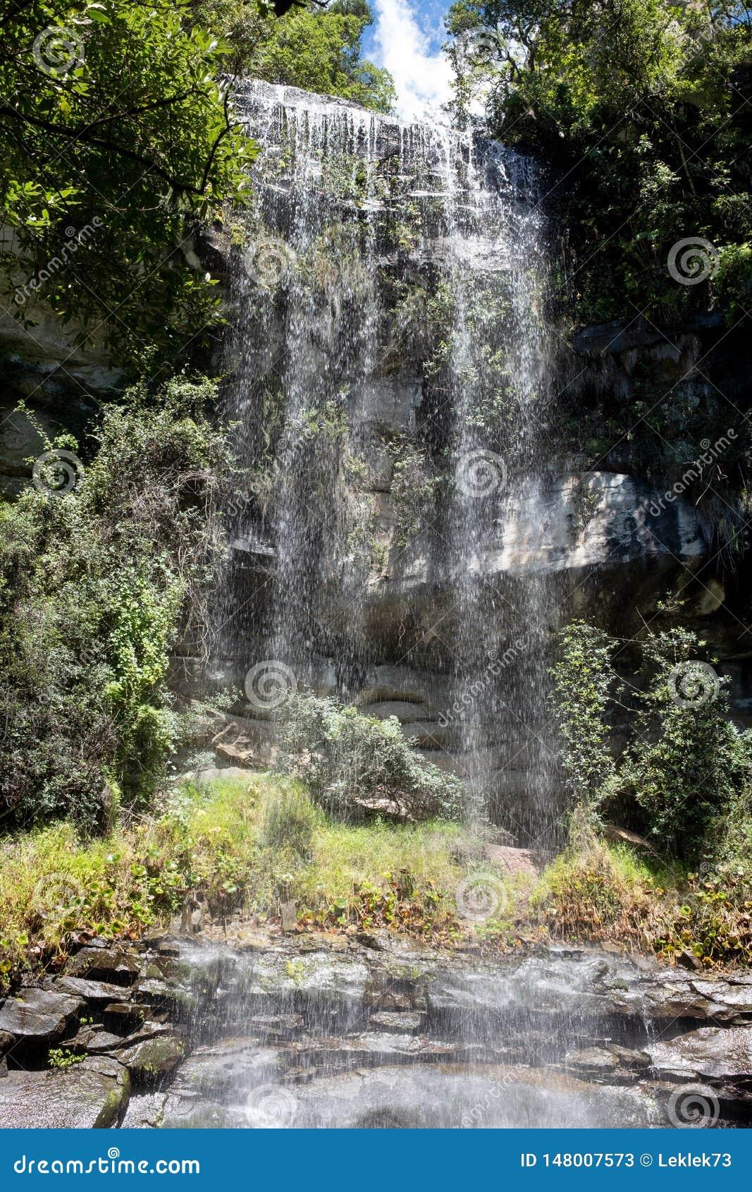 Cachoeira em Champagne Valley, fazendo parte da cordilheira central de Drakensberg, Kwazulu Natal, África do Sul