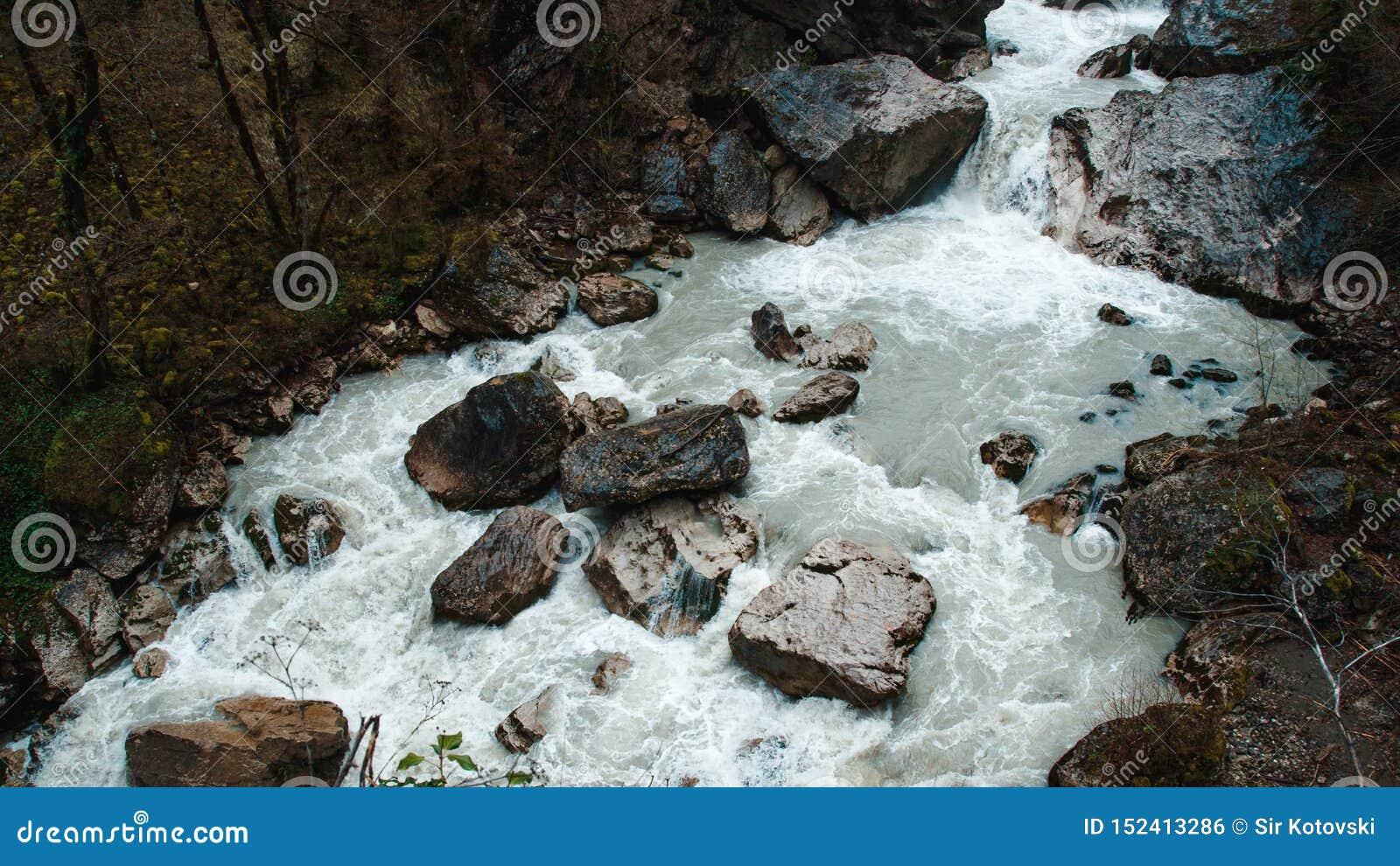 Cachoeira em montanhas cliffy da Abkhásia
