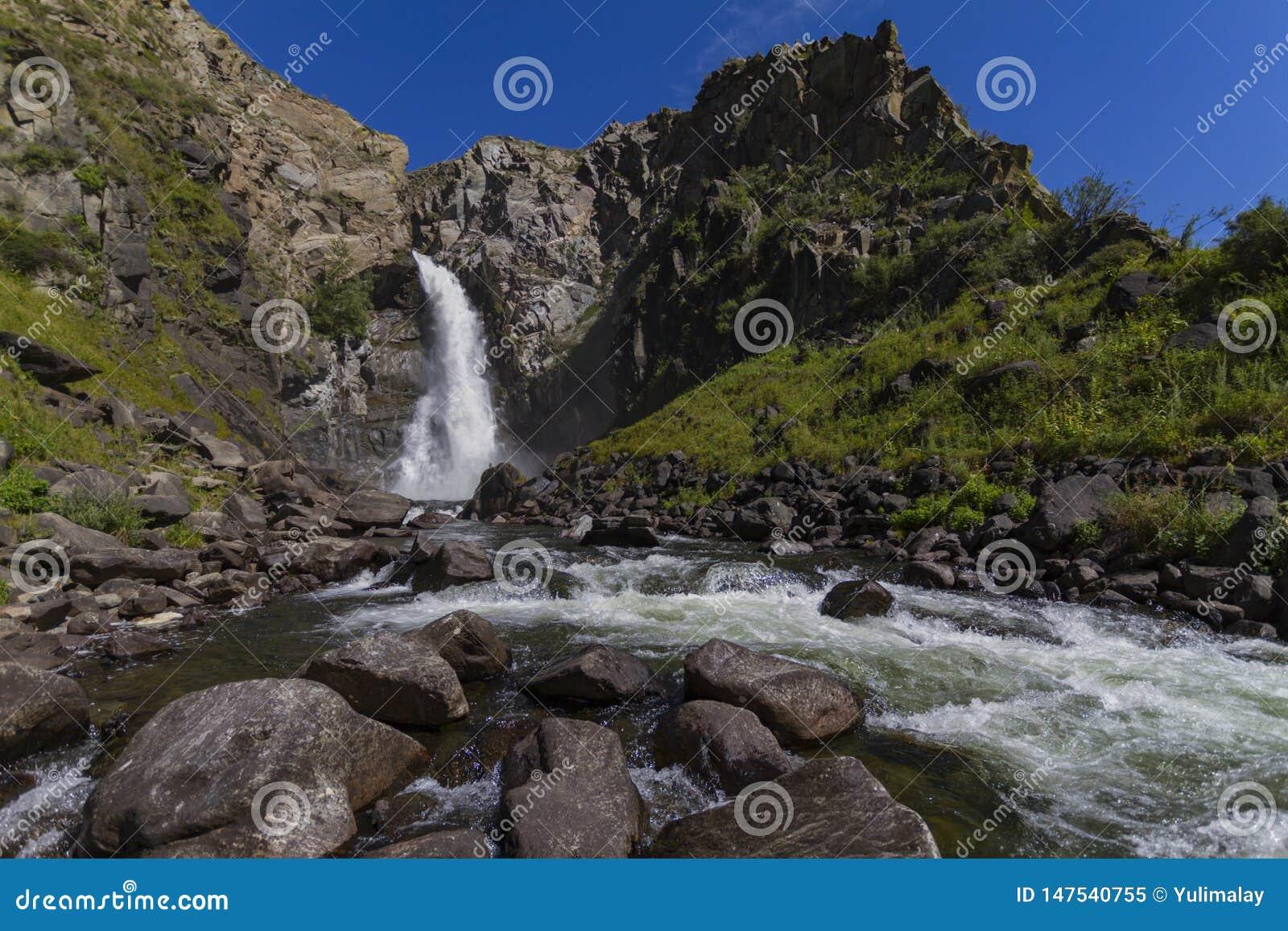 Cachoeira em montanhas de Altay