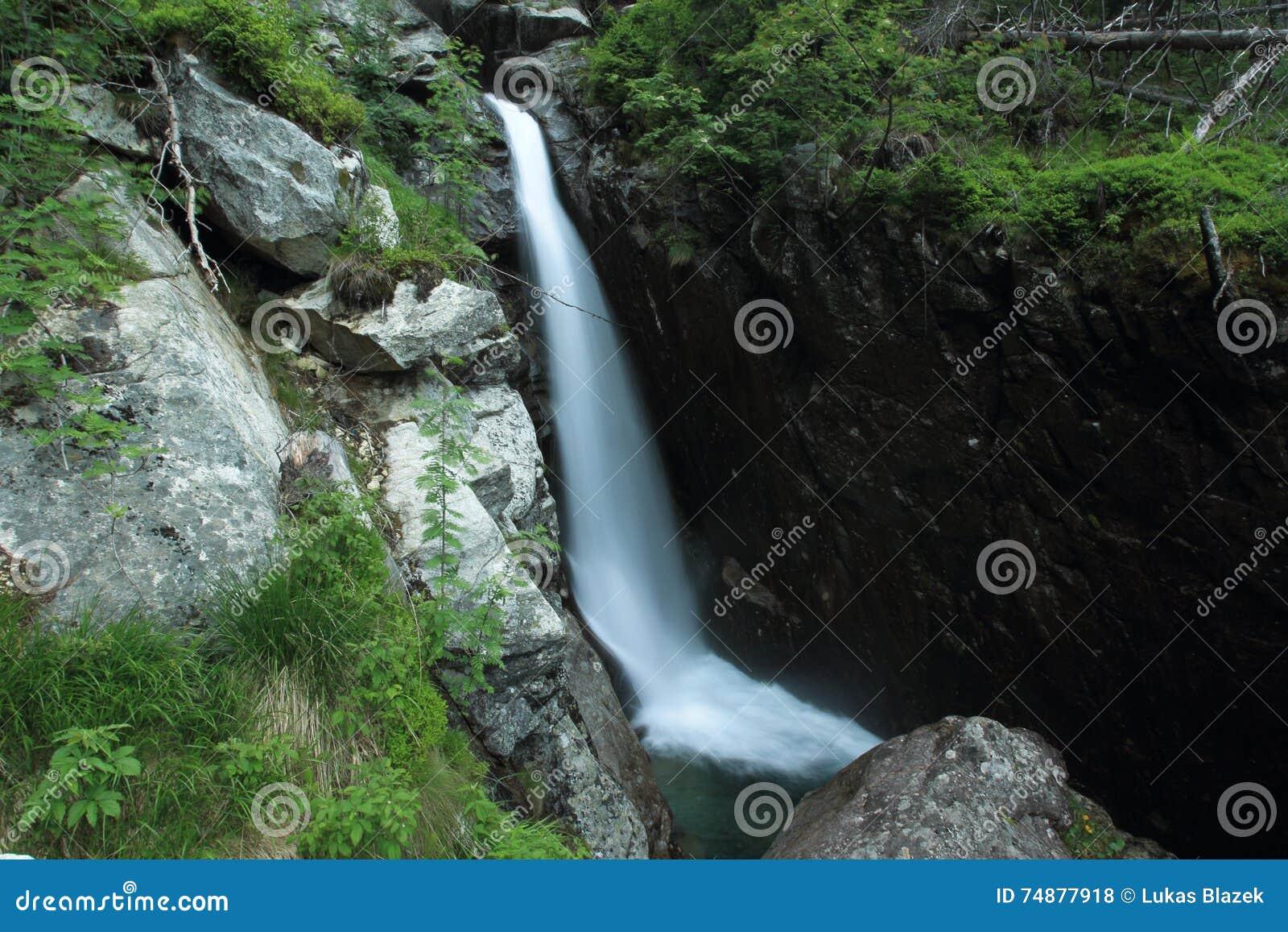 Cachoeira gigante em montanhas altas de Tatra