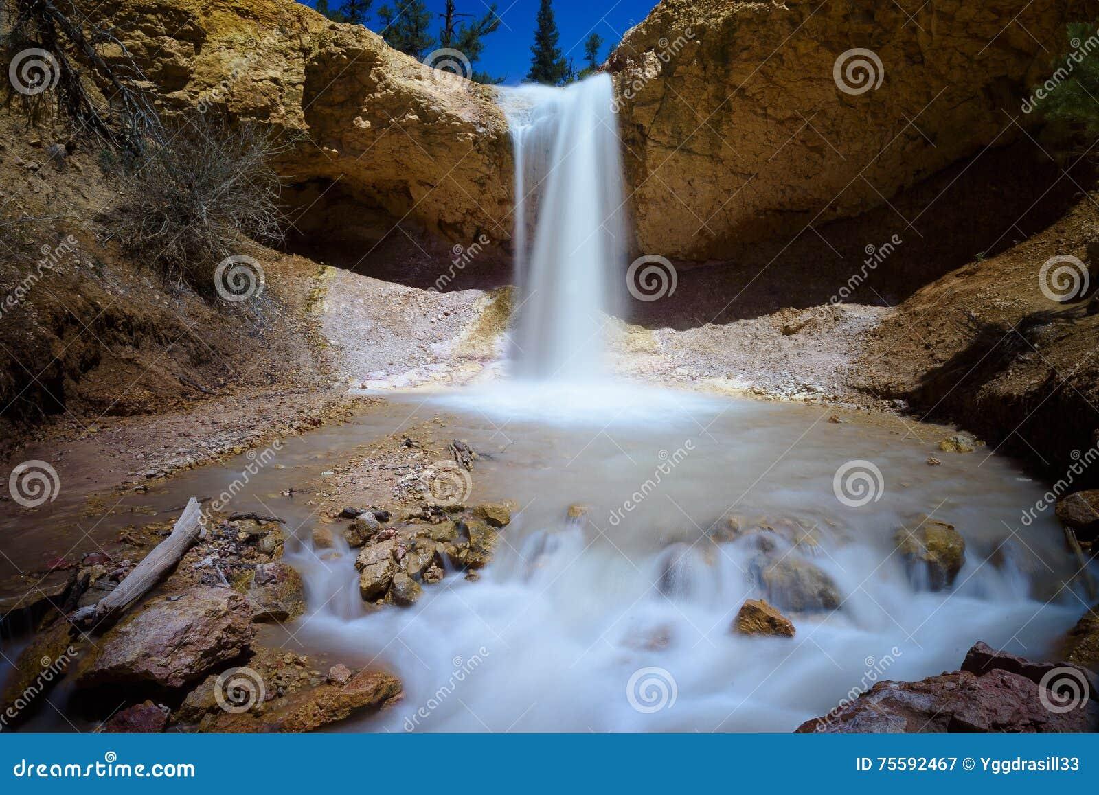 Cachoeira musgoso da caverna