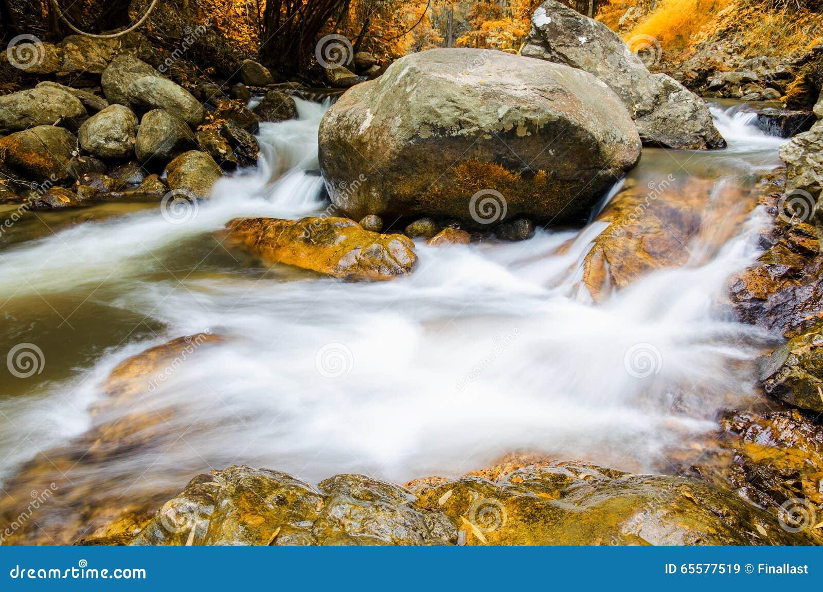 Cachoeira na estação do outono, Tailândia de Chaeson