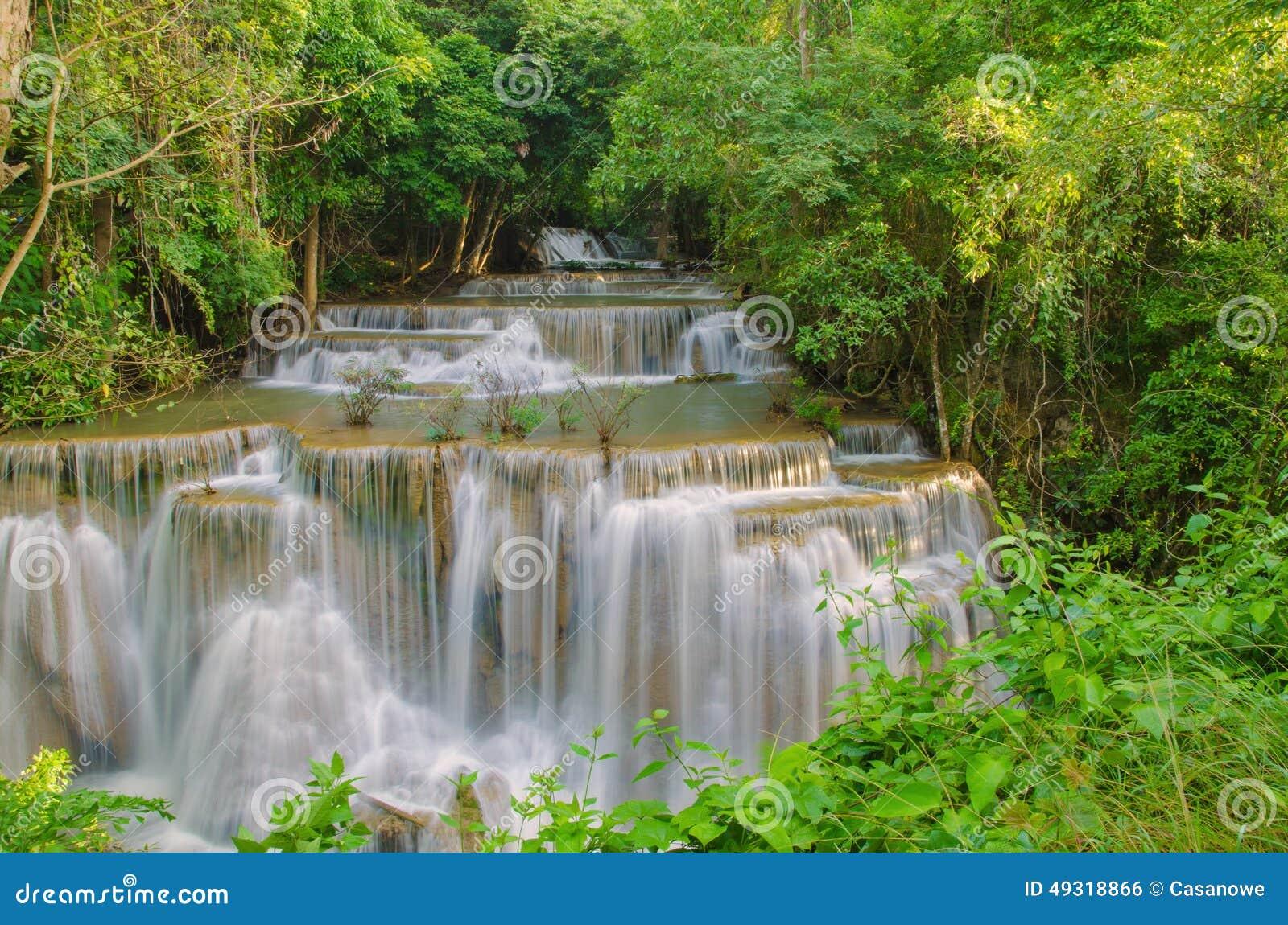 Cachoeira na selva profunda da floresta tropical (Huay Mae Kamin Waterfall)