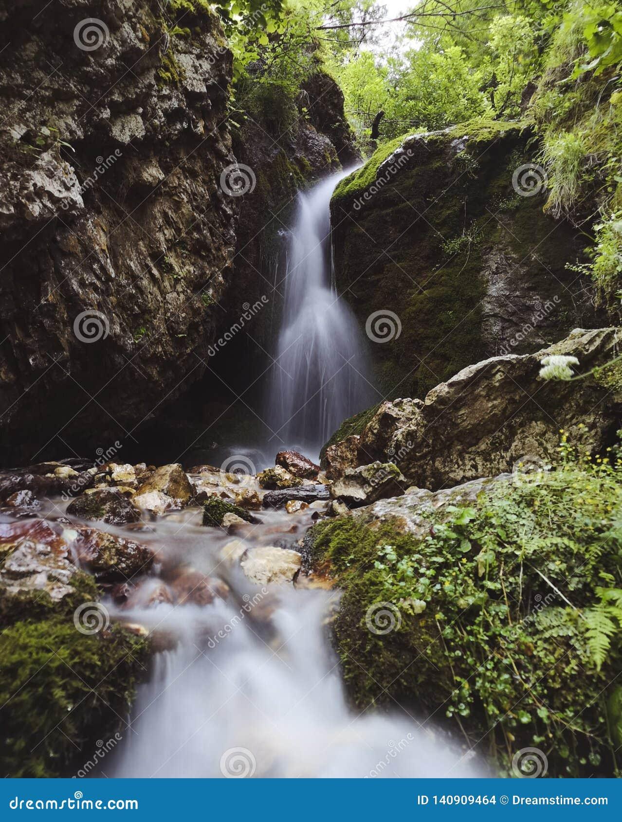 Cachoeira pequena em Ossetia norte