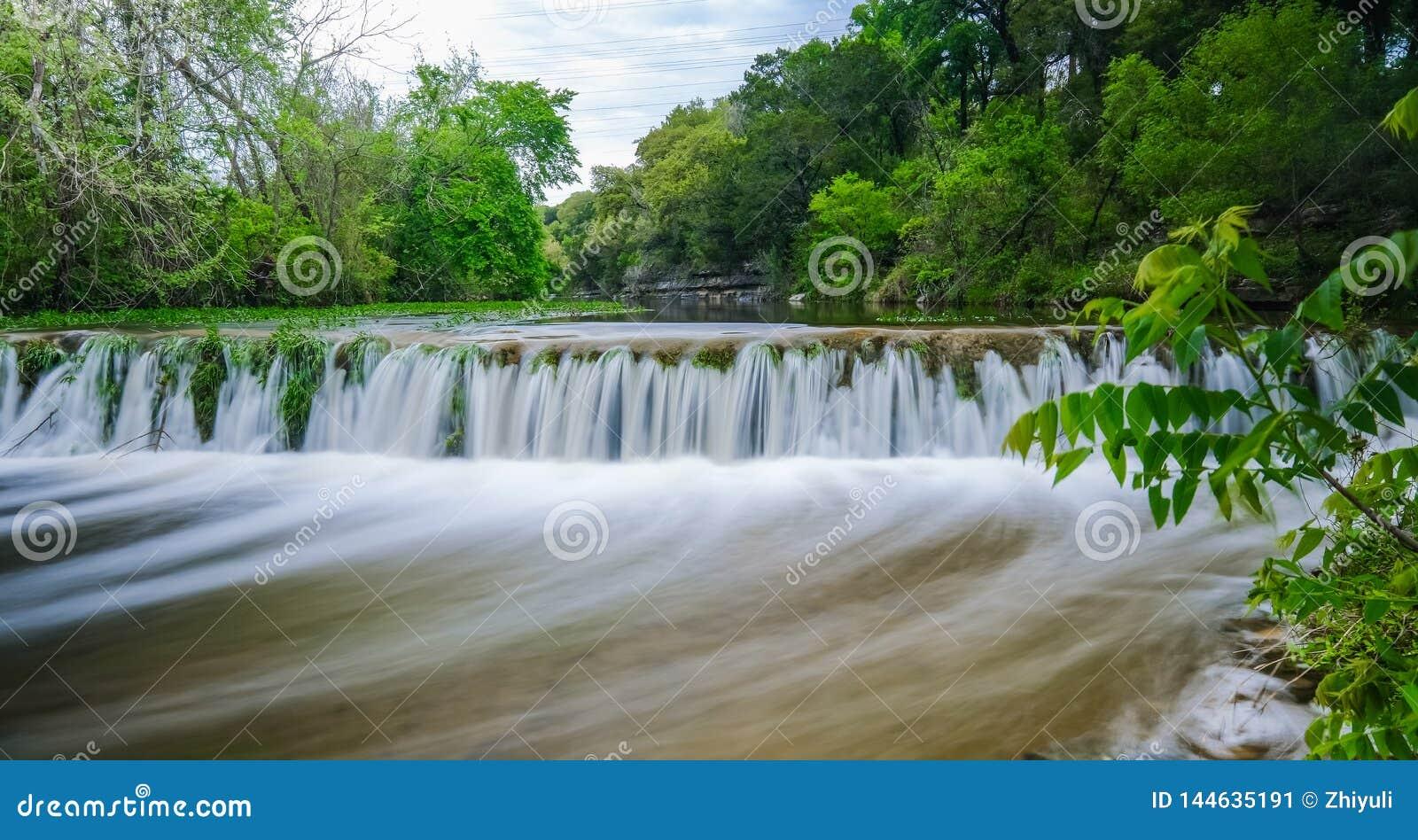 Cachoeira pequena na angra Austin Texas de Bull