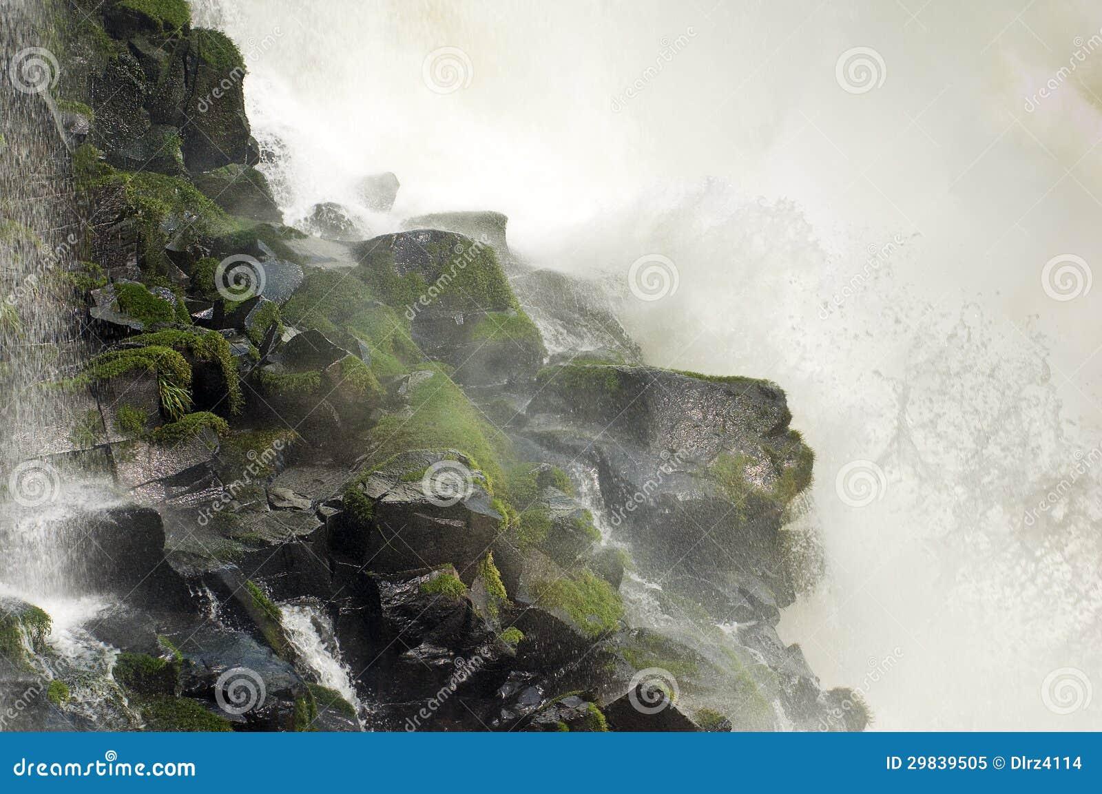 Cachoeira que bate a rocha