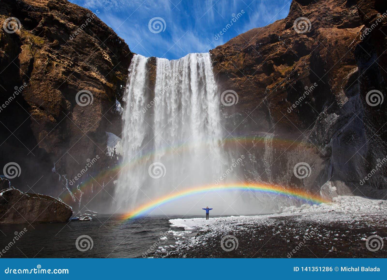 Cachoeira Skogafoss de Islândia na paisagem da natureza de Islândia Atrações turísticas e destino famosos dos marcos na natureza