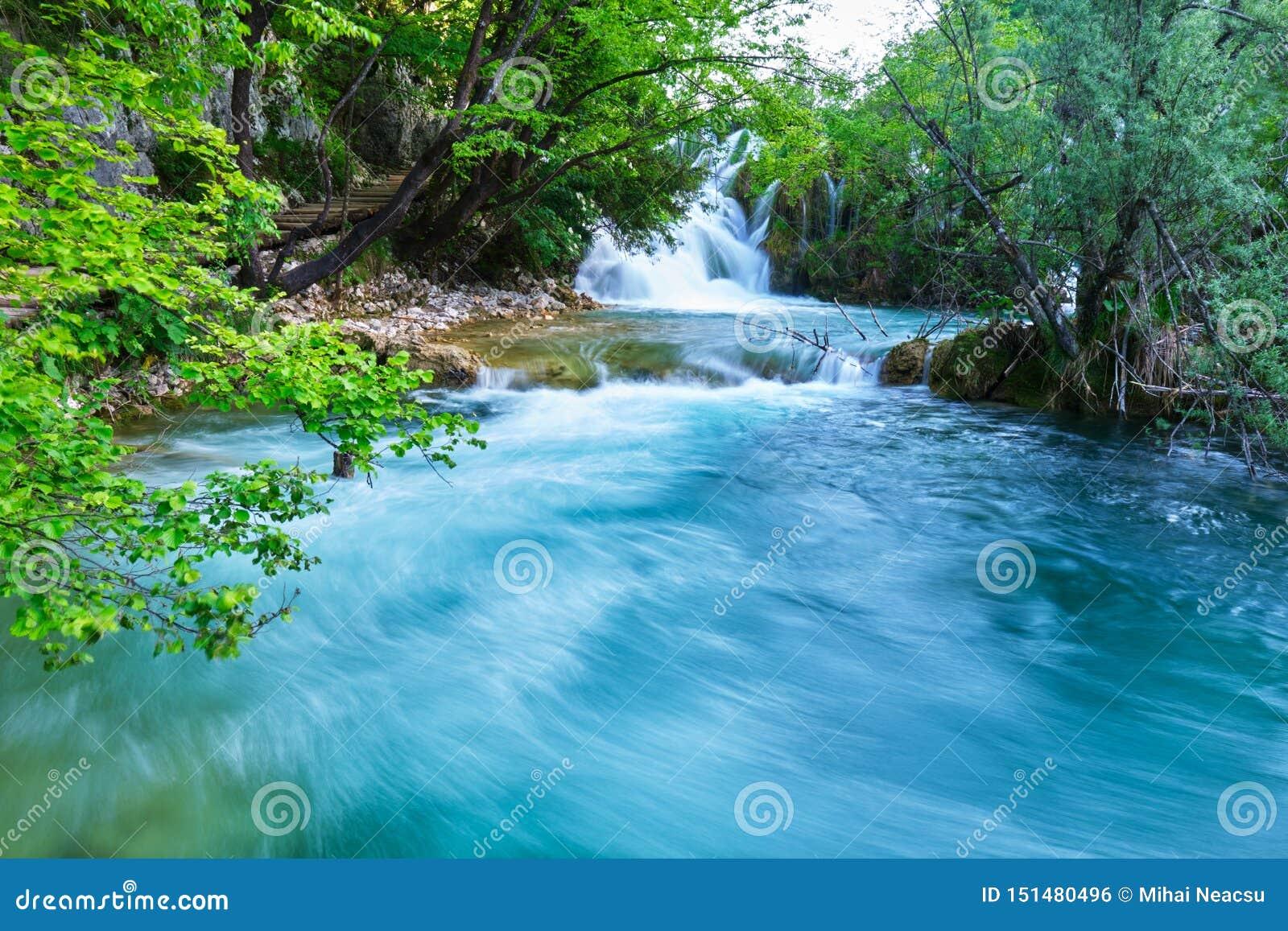 Cachoeira Slapovi Milke Trnine de Milka Trnina no por do sol, no parque nacional dos lagos Plitvice, Croácia Foto longa da exposi