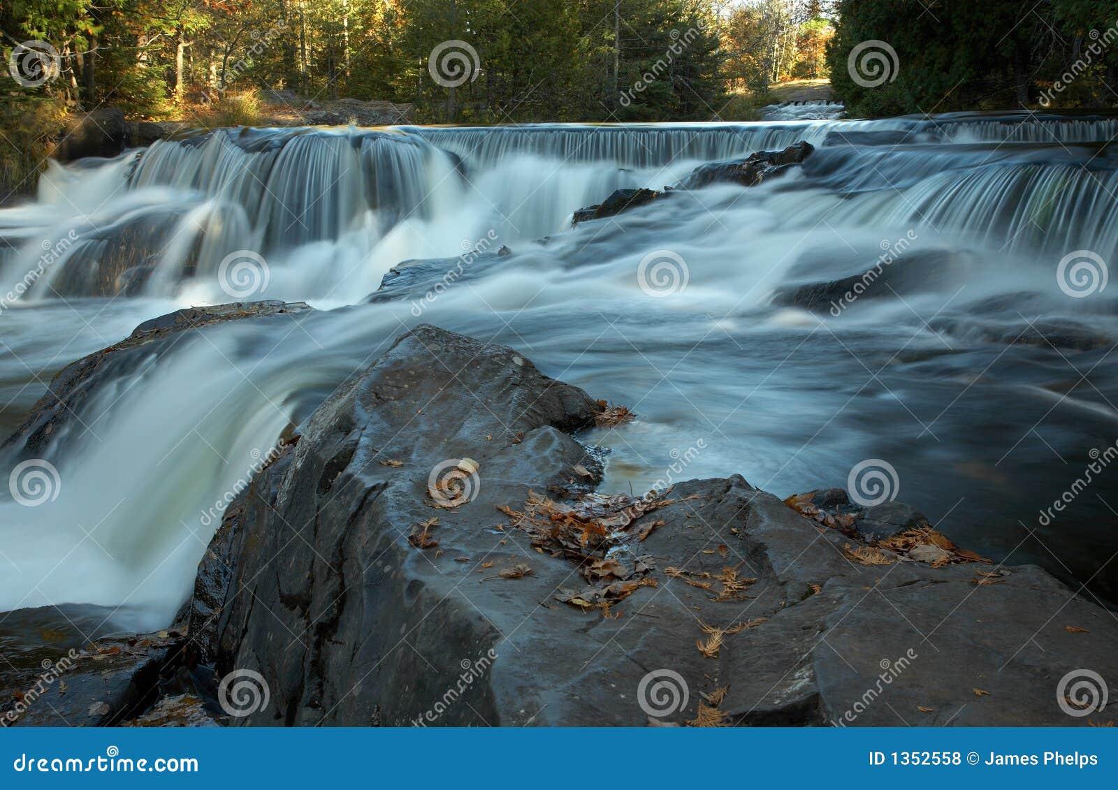 Cachoeiras de conexão em cascata no outono adiantado