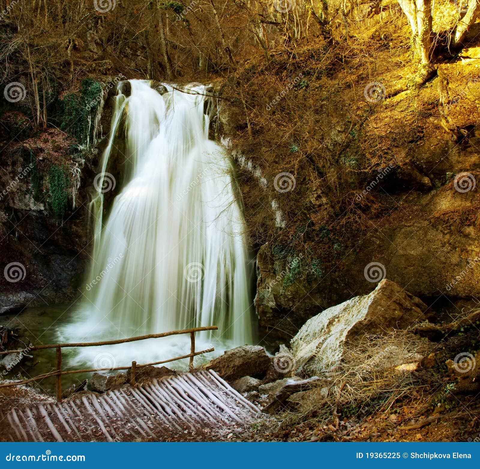 Cachoeiras nas montanhas.