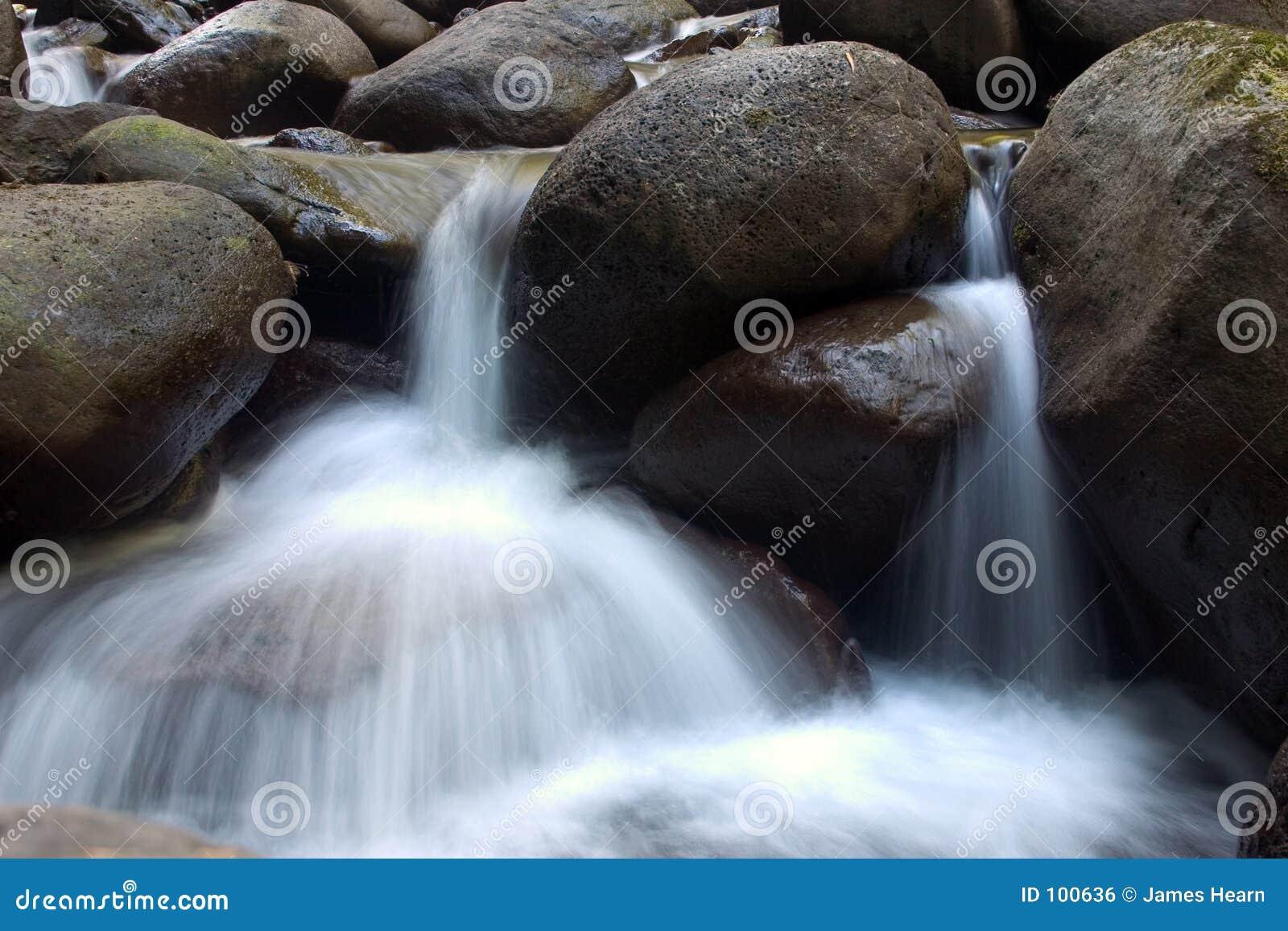 Cachoeiras pequenas.