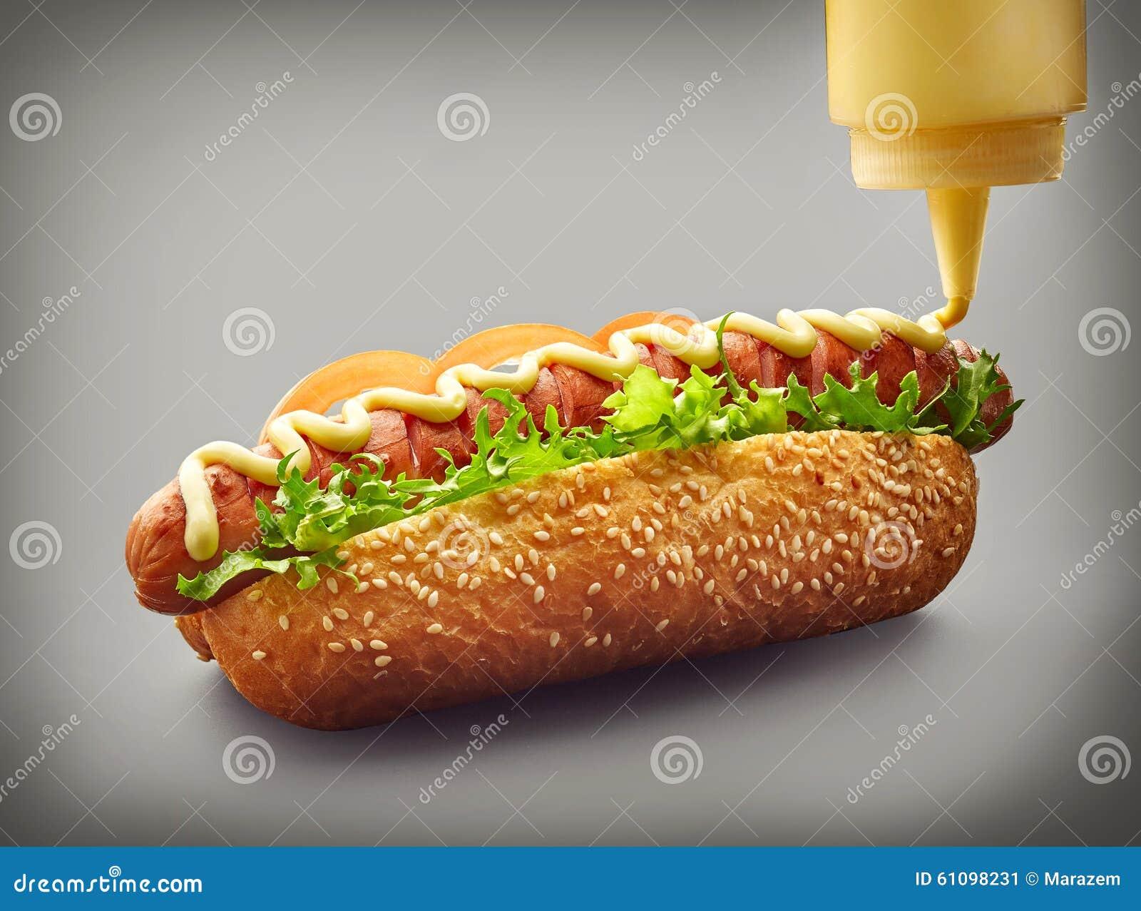 Cachorro quente com maionese de derramamento