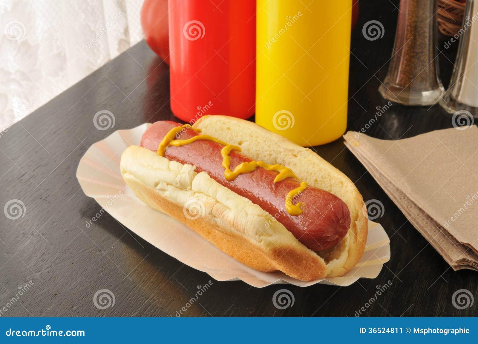 Cachorro quente com mostarda