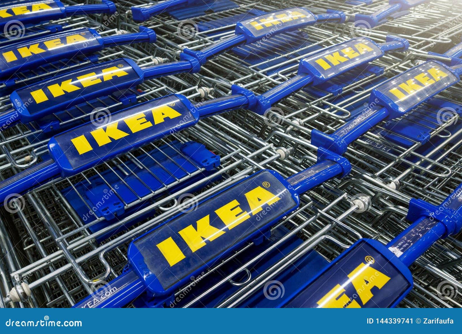 Caddies d Ikea dans une rangée
