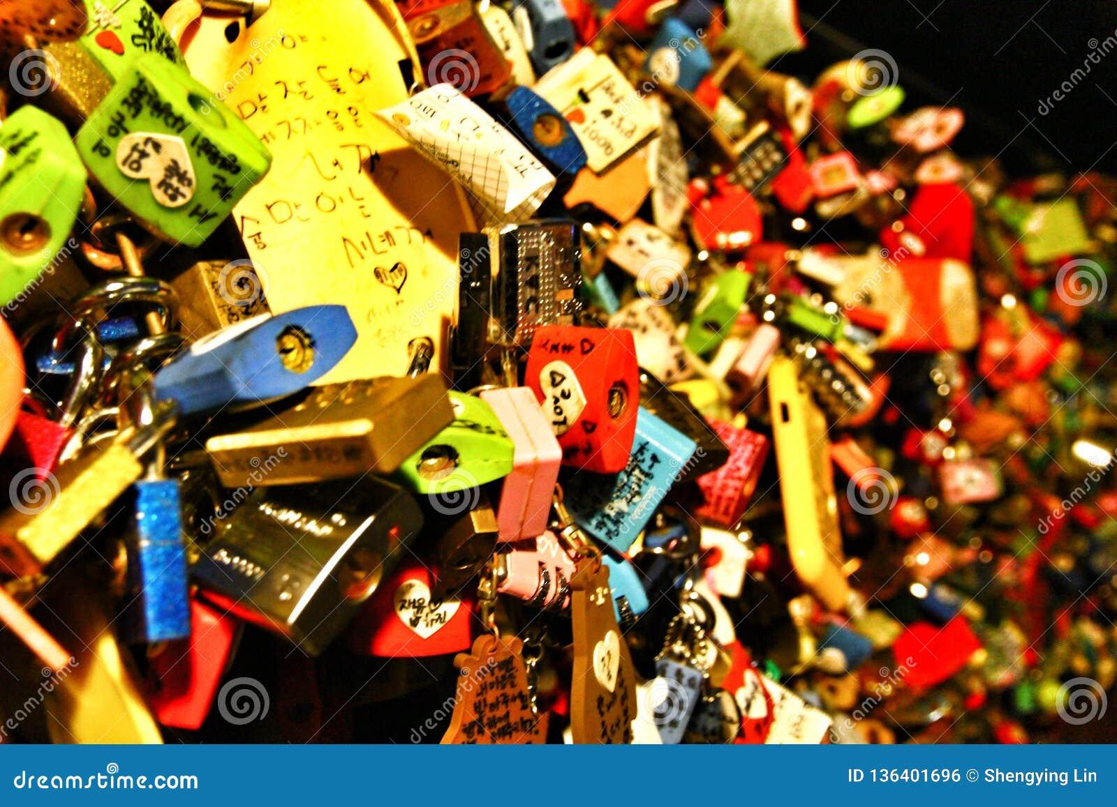 Cadeado do amor na torre de N Seoul na cidade de Seoul, Coreia