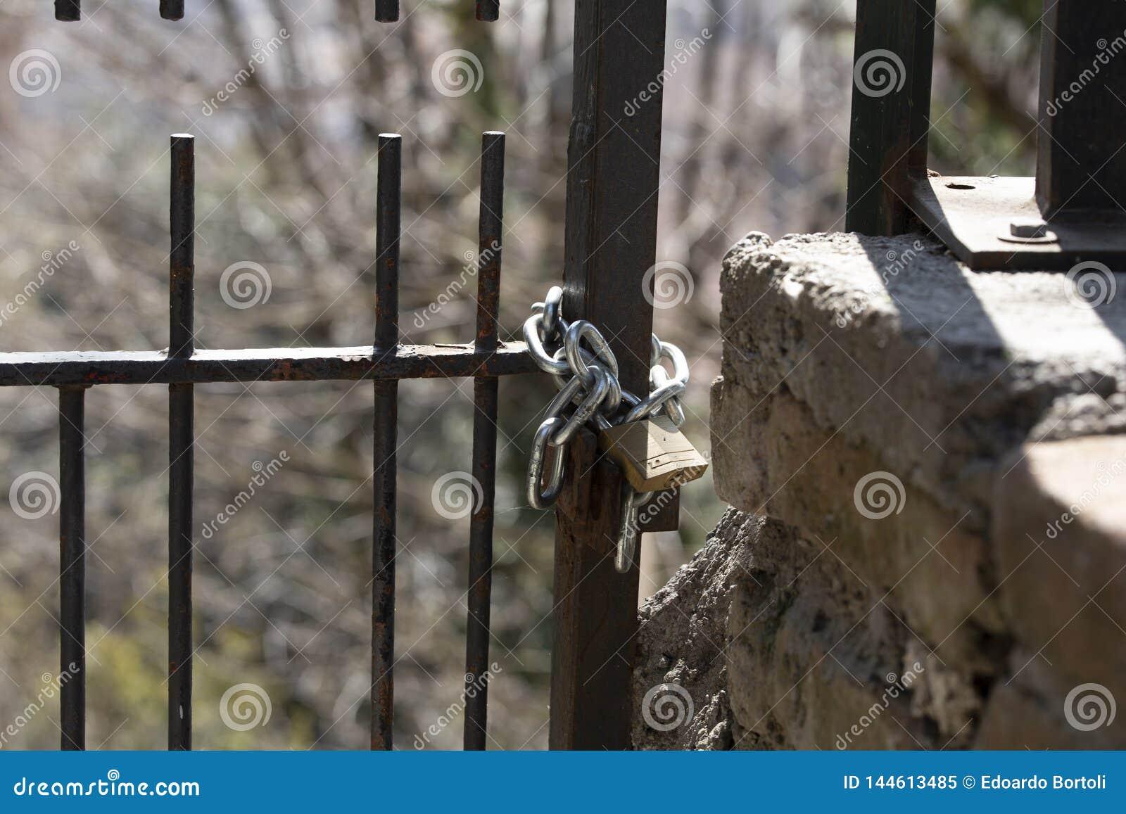 Cadeado fechado com corrente
