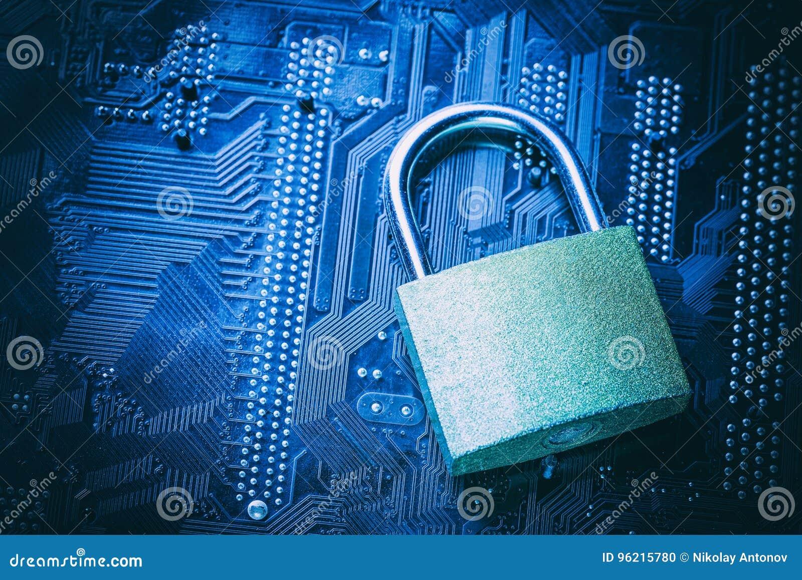 Cadeado no cartão-matriz do computador Conceito da segurança da informação da privacidade de dados do Internet