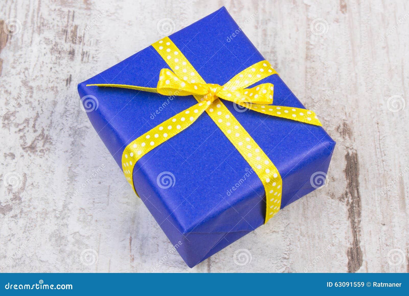 Download Cadeau Bleu Pour Noël Ou Toute Autre Célébration Sur La Planche En Bois Image stock - Image du noël, anniversaire: 63091559