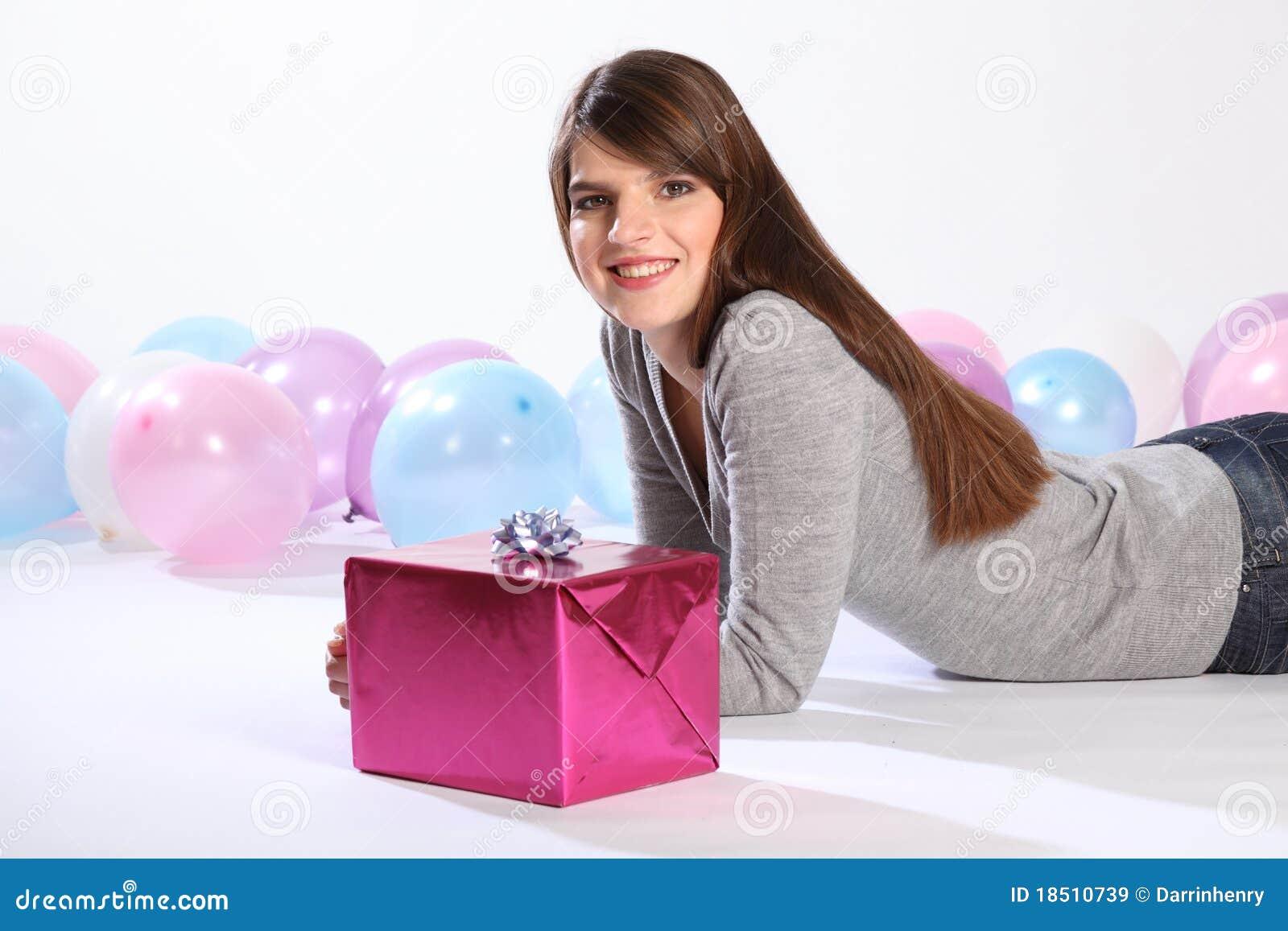 Cadeau d 39 anniversaire pour le beau jeune femme heureux images libres de droits image 18510739 - Idee cadeau jeune femme ...